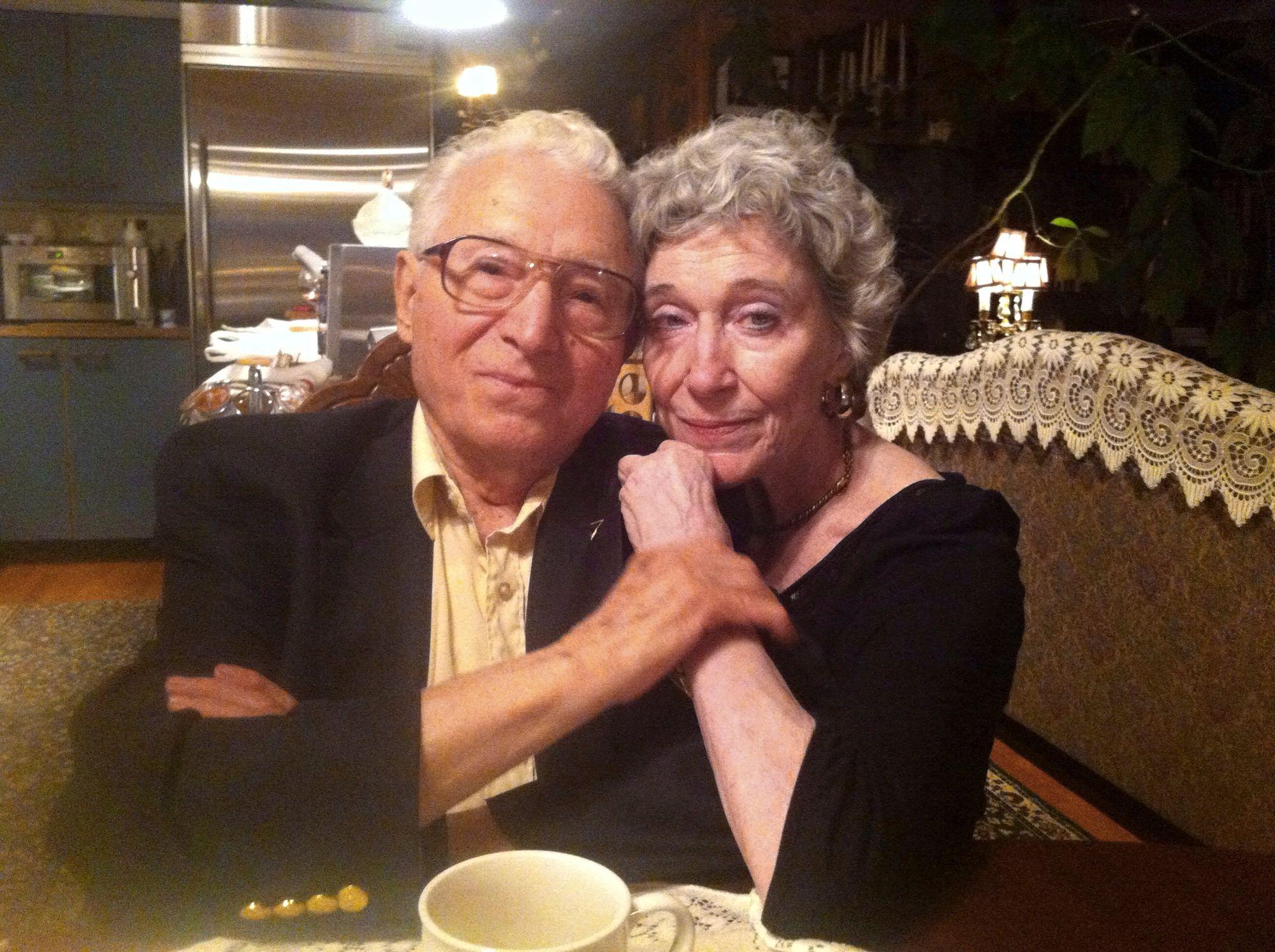 Anja ja Tony säilyivät läheisinä Anjan kuolemaan saakka. Kuvassa pariskunta helmikuussa 2013, vain muutama kuukausi ennen Anjan menehtymistä keuhkosyöpään. © Tony Vaccaro