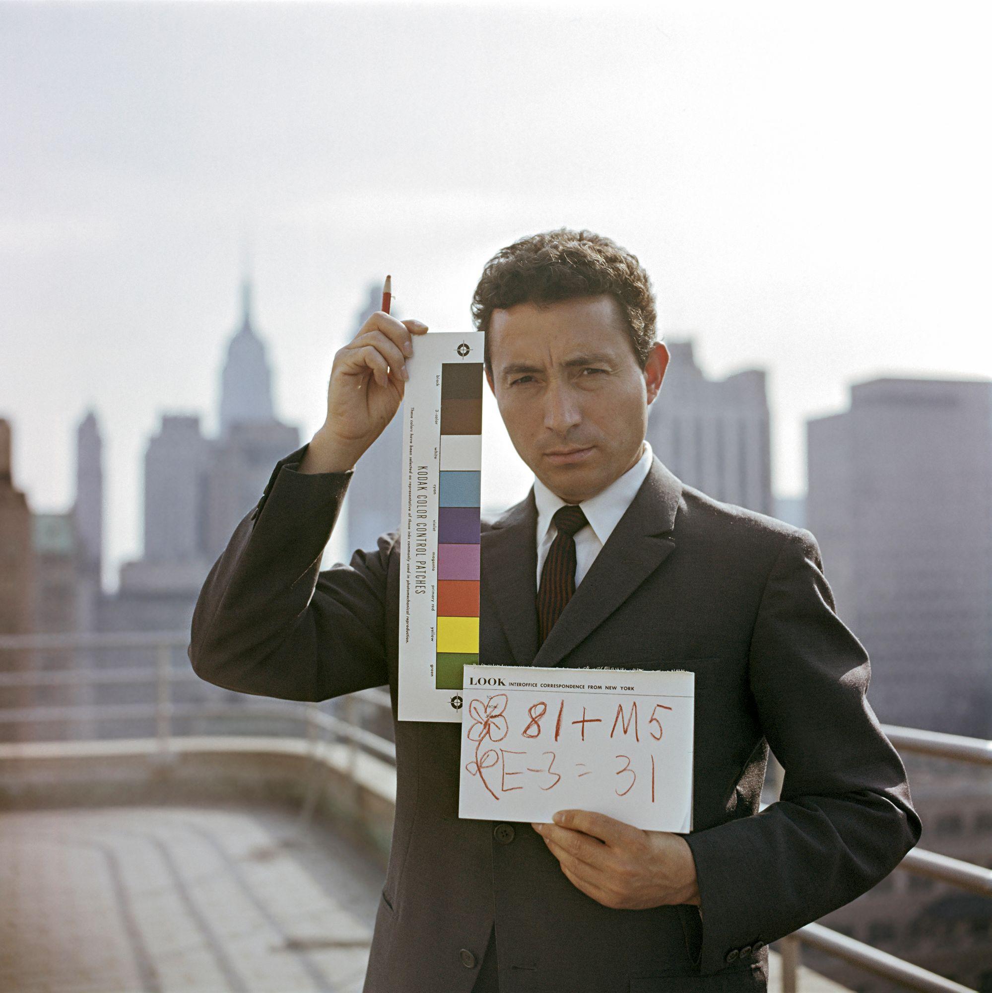 Nuori Tony Vaccaro maineikkaan työnantajansa Look-lehden kattoterassilla New Yorkissa vuonna 1960. © Tony Vaccaro