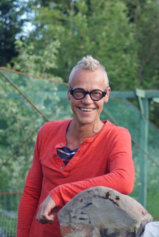 """TV-puuseppä Jim Björni palasi synnyinkaupunkiinsa vuonna 2004 oman perheensä kera. <span class=""""typography__copyright"""">© Yle</span>"""
