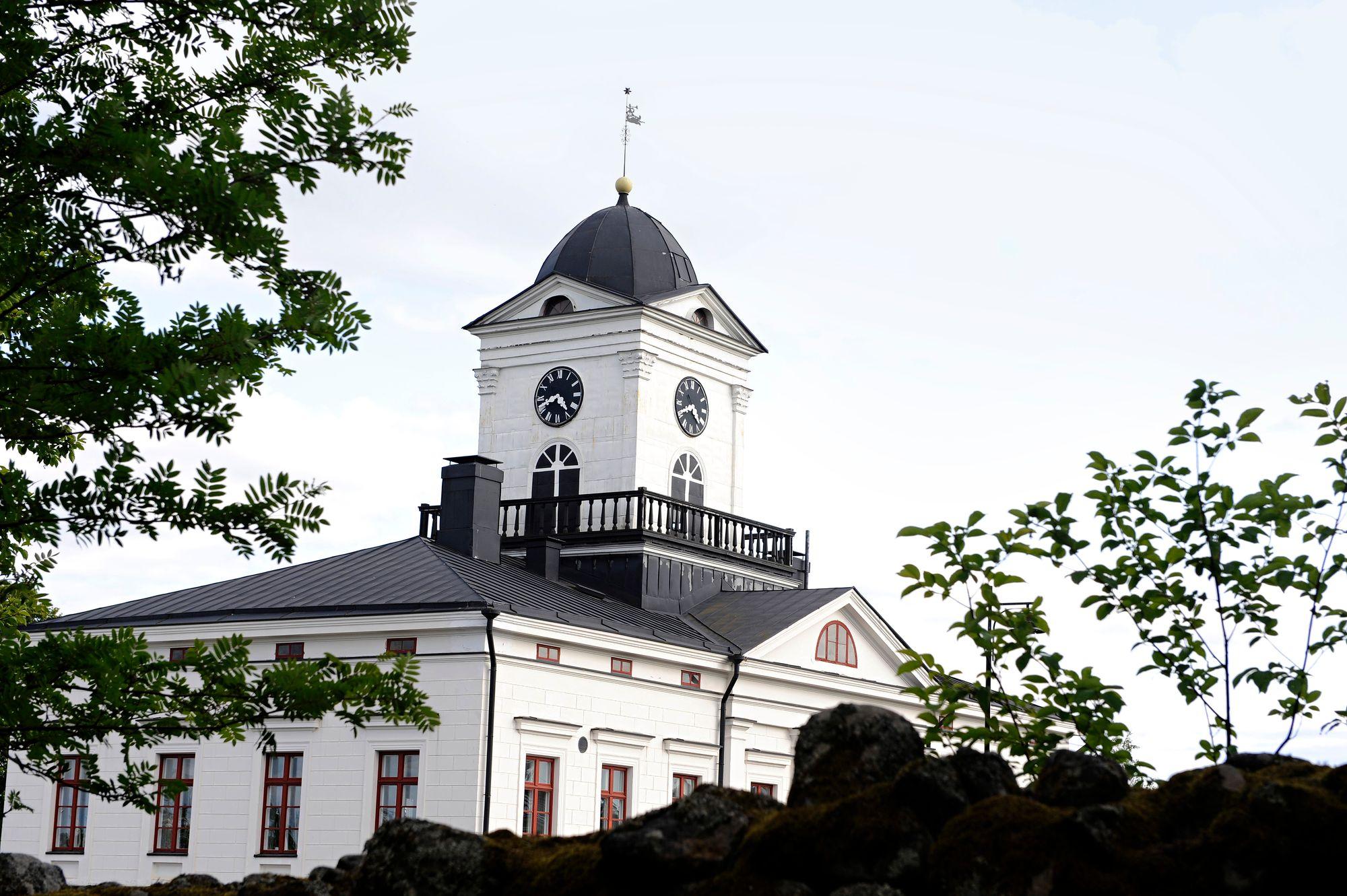Kaunis raatihuone kellotorneineen seisoo ylväänä kaupungin laella. © Harri Vaskimo