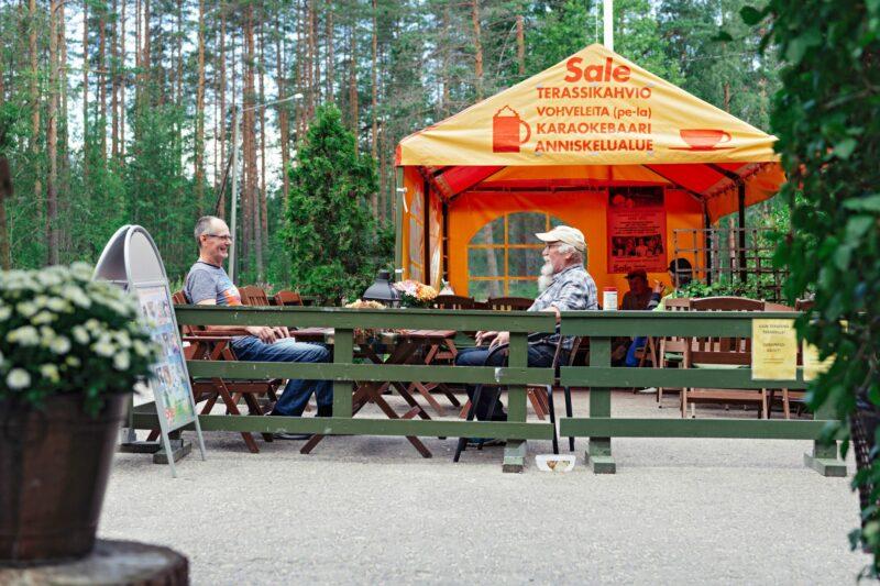 """Matias Hokkanen (vas.) ja Asko Kiljunen käyvät usein terassikahveilla. <span class=""""typography__copyright"""">© Pihla Liukkonen</span>"""