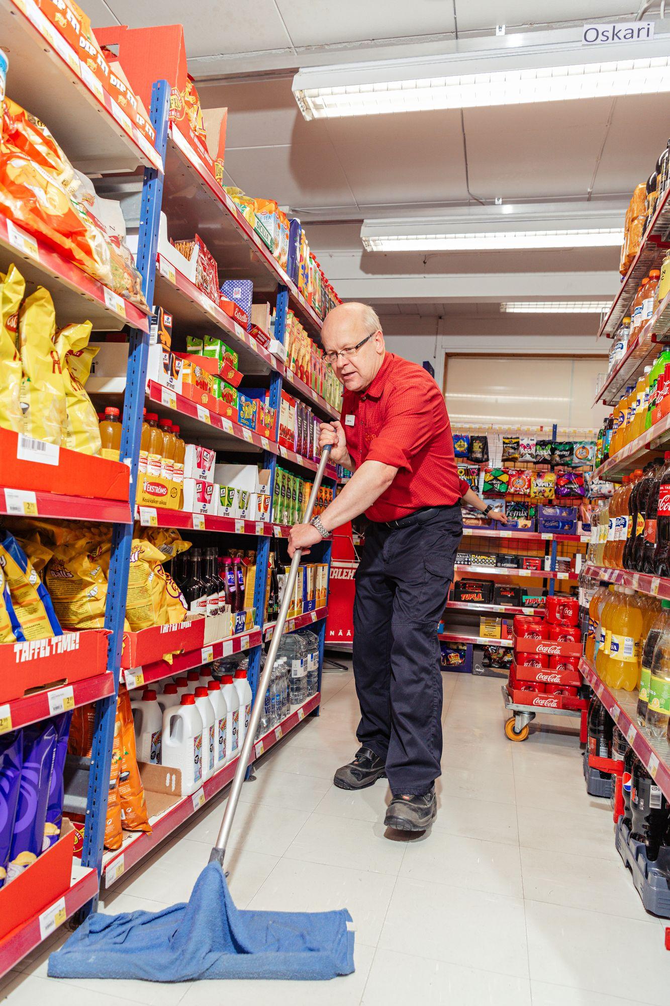Kauppias Jorma Tikka pitää kaupan tiptopsiistinä. Siivoojaa ei ole erikseen, joten moppaus kuuluu kaikille. © Pihla Liukkonen