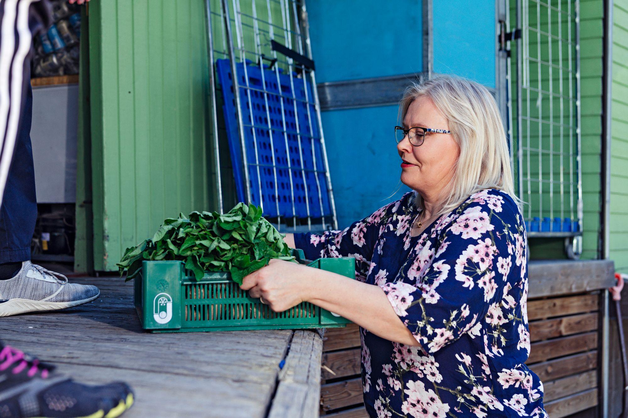 Hurissalolainen Helena Karjalainen tuo oman tilan perunoita myyntiin. © Pihla Liukkonen