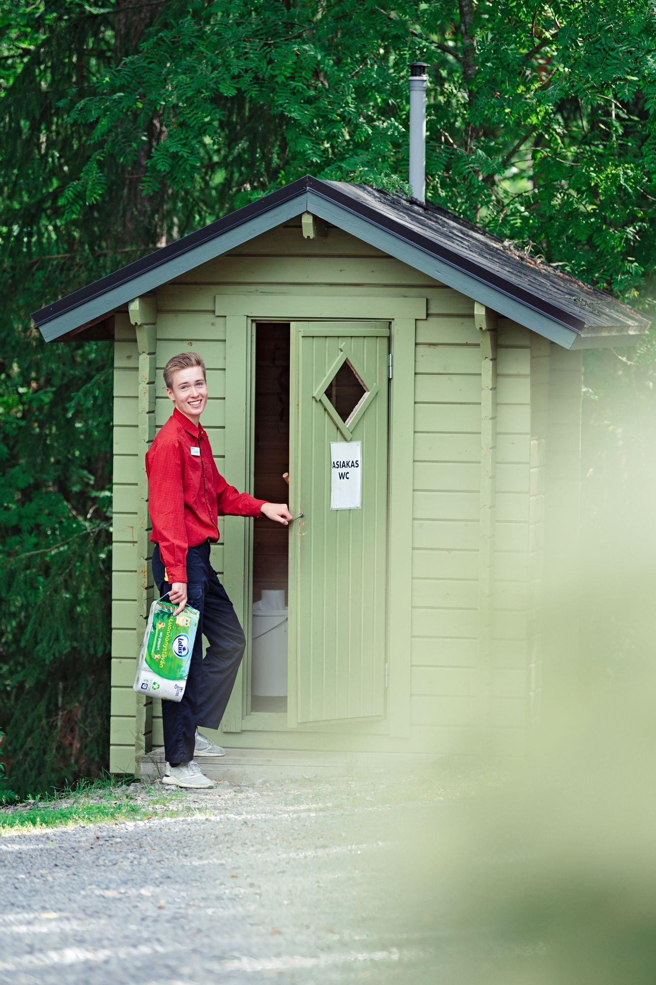 Eetu Lautiainen on ensimmäistä kesää töissä kyläkaupassa. © Pihla Liukkonen