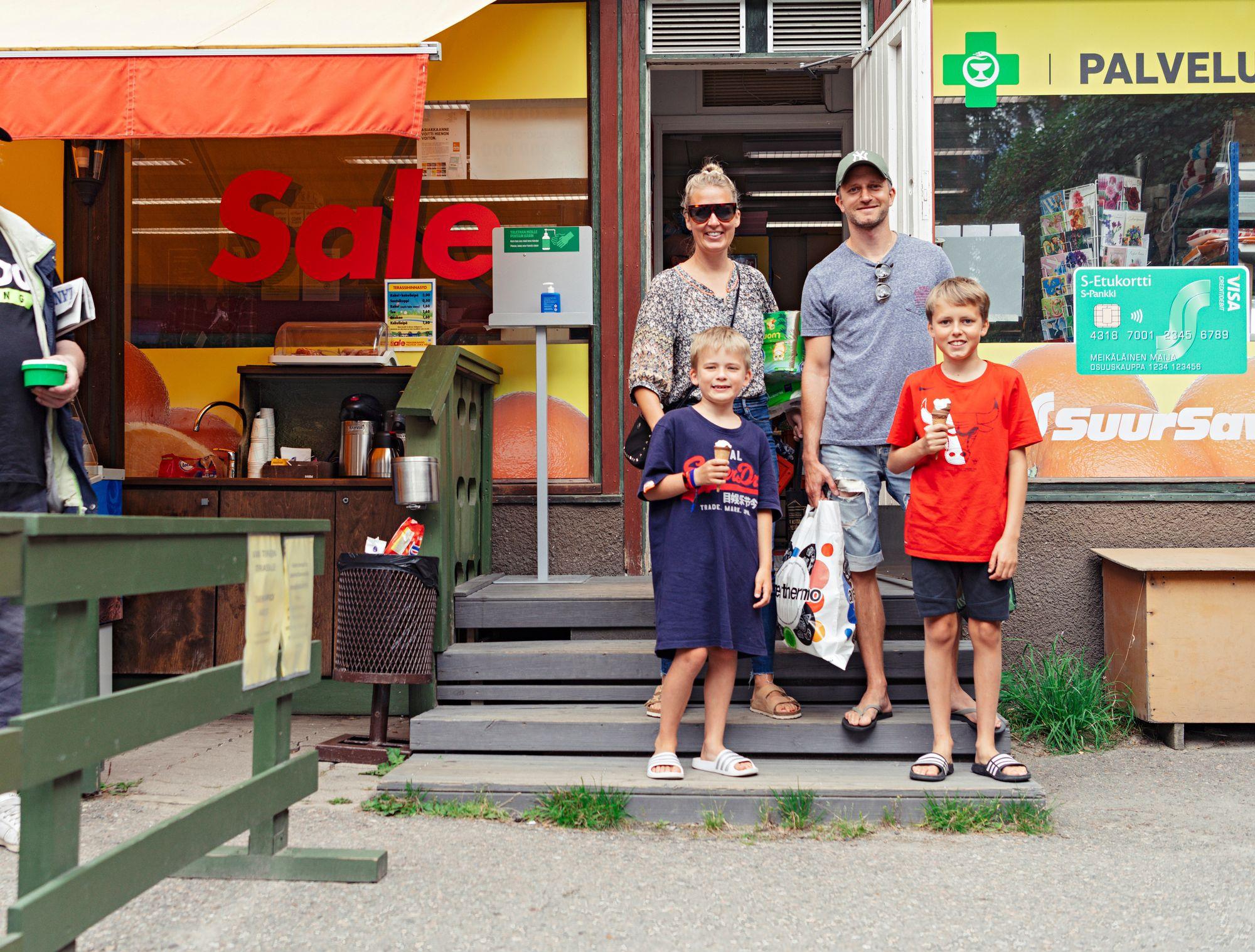 Lontoossa asuvat Marcus Räisänen ja Riikka Juva tuovat joka kesä poikansa Antonion ja Lucan asioimaan mökkipaikkakunnan tunnelmalliseen kauppaan. © Pihla Liukkonen