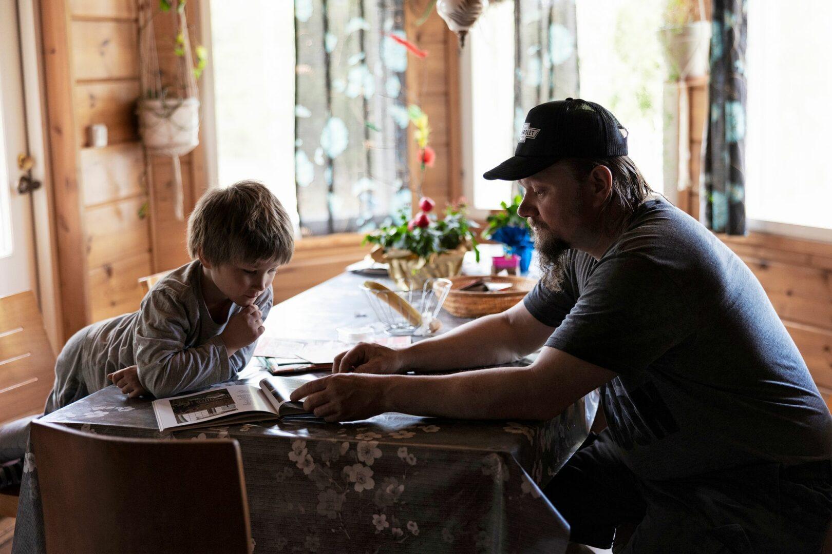Väänästen kotona muistellaan äitiä usein. Kuvassa nuorimmainen Miklas ja Teemu Väänänen. © Matias Honkamaa