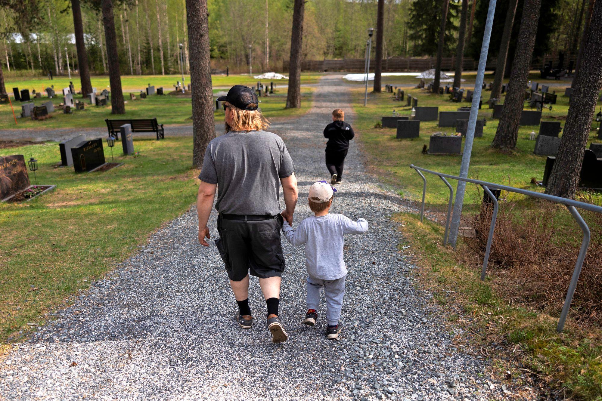 Teemu ja pojat vierailevat Varpaisjärven hautausmaalla. © Matias Honkamaa