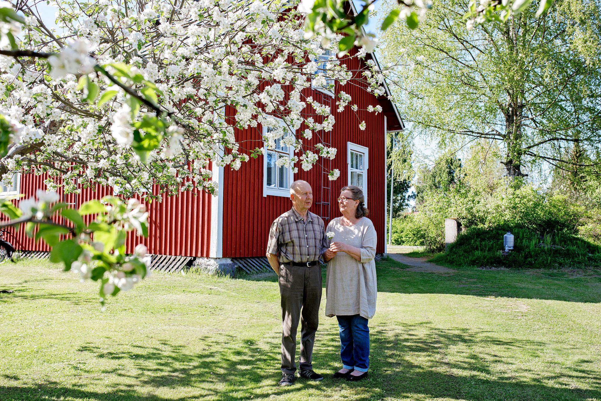 """Niilo ja Ulla-Maija Frilanderin kotikatu oli ennen Kauppakatu, nykyään Omenatie. """"Tämä on ollut nimensä väärti"""", Ulla-Maija sanoo. © Kuvaaja Hanna-Kaisa Hᅢᄂmᅢᄂl"""
