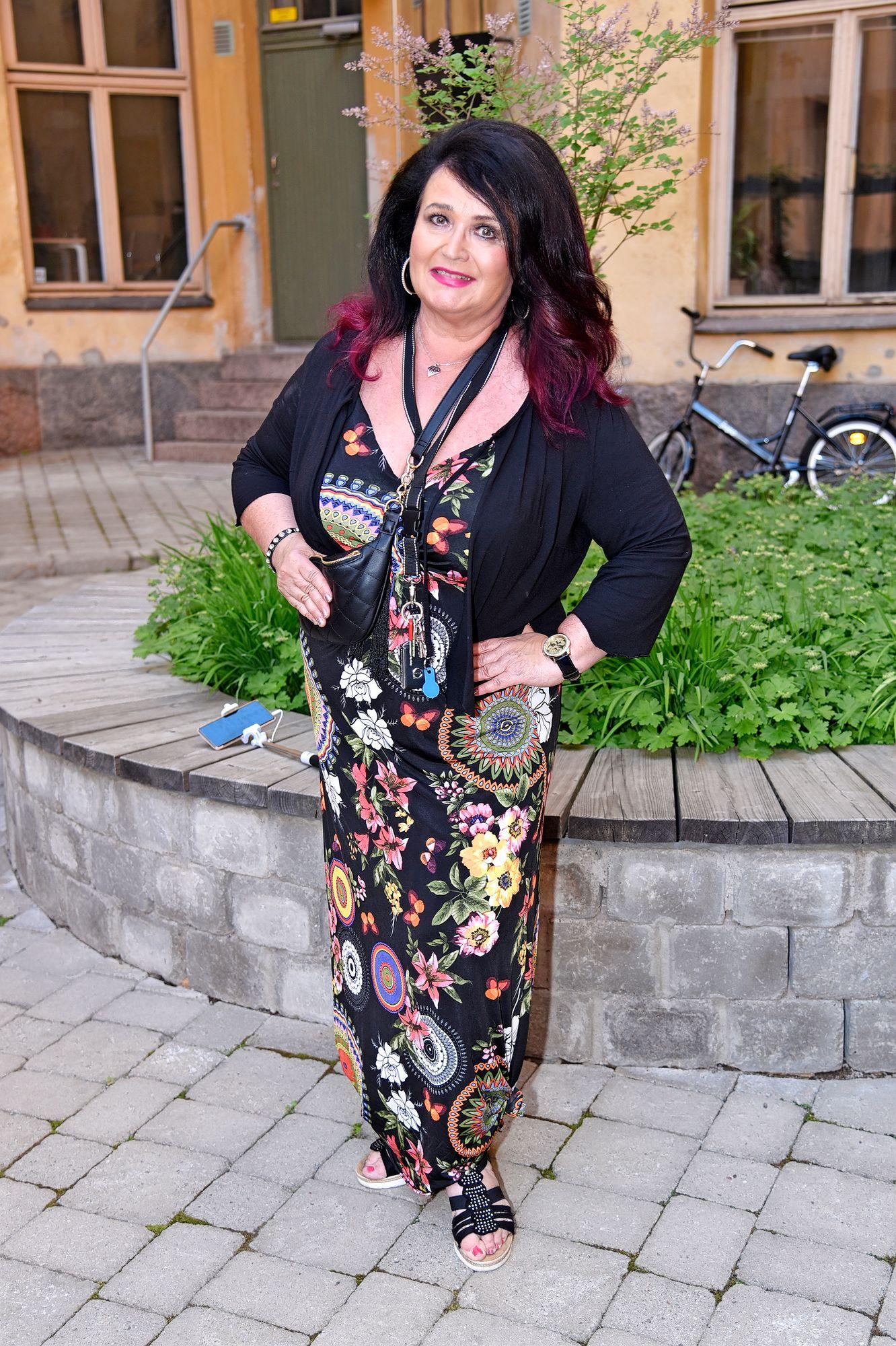 """Laulaja Meiju Suvas tähdittää Maitolavan Madonnat -esitystä Karvian Skanzissa ja Mäntyharjun kesäteatterissa. """"Keikat alkavat nyt myös. Kiire voi kyllä tulla kun on tässä nyt tottunut ottamaan rennosti."""""""