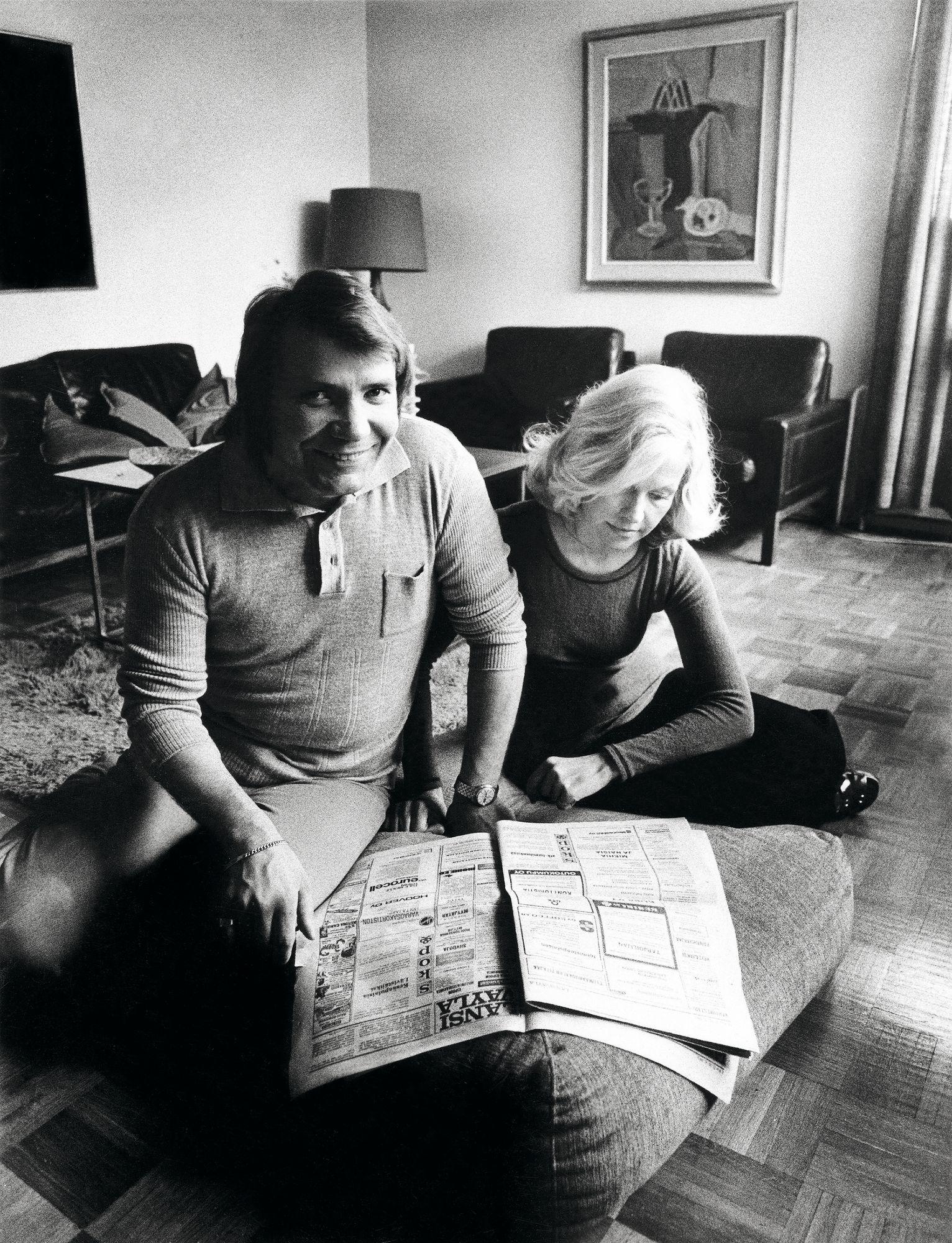 """Eino ja Marjatta Grön ovat olleet naimisissa vuodesta 1962. """"Oma perheeni on ollut suurin taustavoimani ja tukeni"""", Grön kiittää. Kuvassa pariskunta yhdessä Espoon-kodissaan vuonna 1974. © Mauno Hämäläinen/SKOY"""