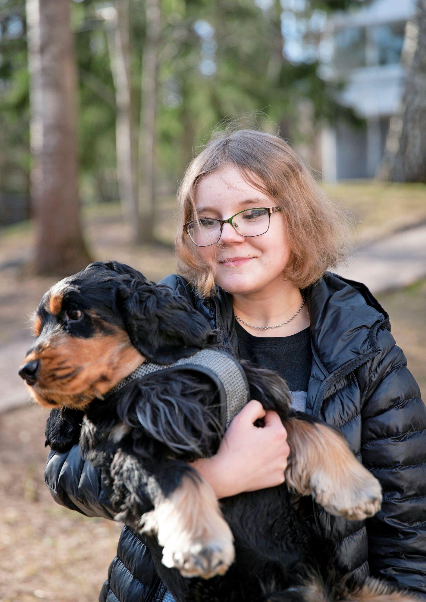 Benin hoitaminen on Emmistä niin hauskaa, että hän kouluttautui dogsitteriksi, jotta voi hoitaa myös muiden koiria. © Tommi Tuomi