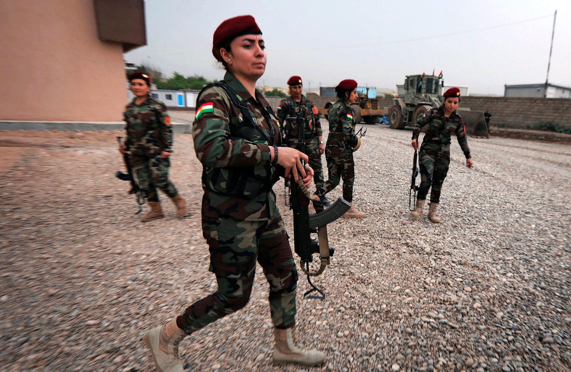 Länsimaat antoivat kurdijoukoille ilmatuen lisäksi materiaalipua ja sotilaskoulutusta. Irakin kurdialueilla toimivat vuosina 2015-2019 myös Suomen valtion kriisinhallintajoukot, jotka kouluttivat viitisen tuhatta kurdisotilasta. © Getty Images