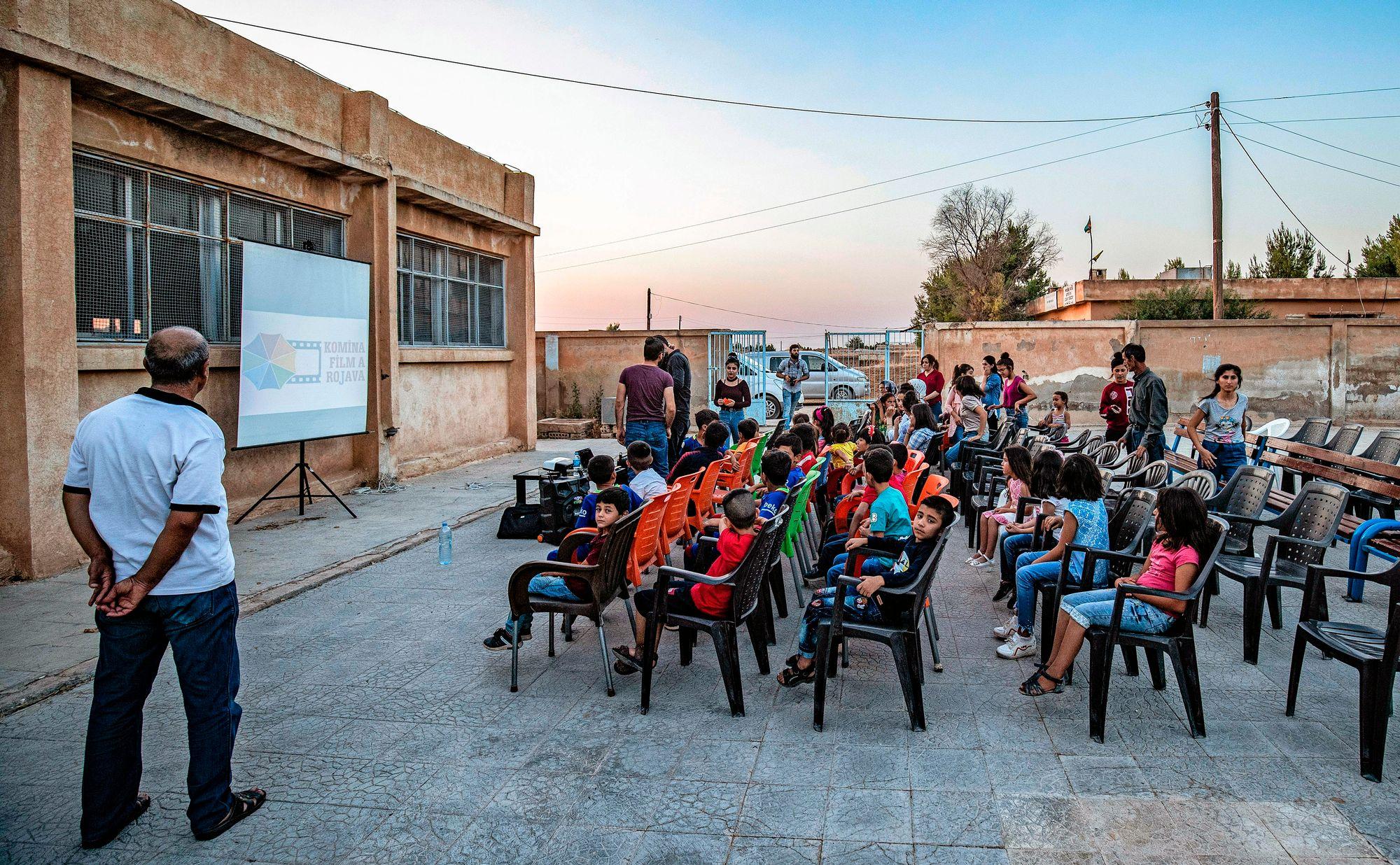 Kurdialueilla on omat koulunsa, joissa lapsille opetetaan tavallisten länsimaisten oppiaineiden lisäksi kansallista perinnettä ja äidinkieltä kurdia. © Getty Images
