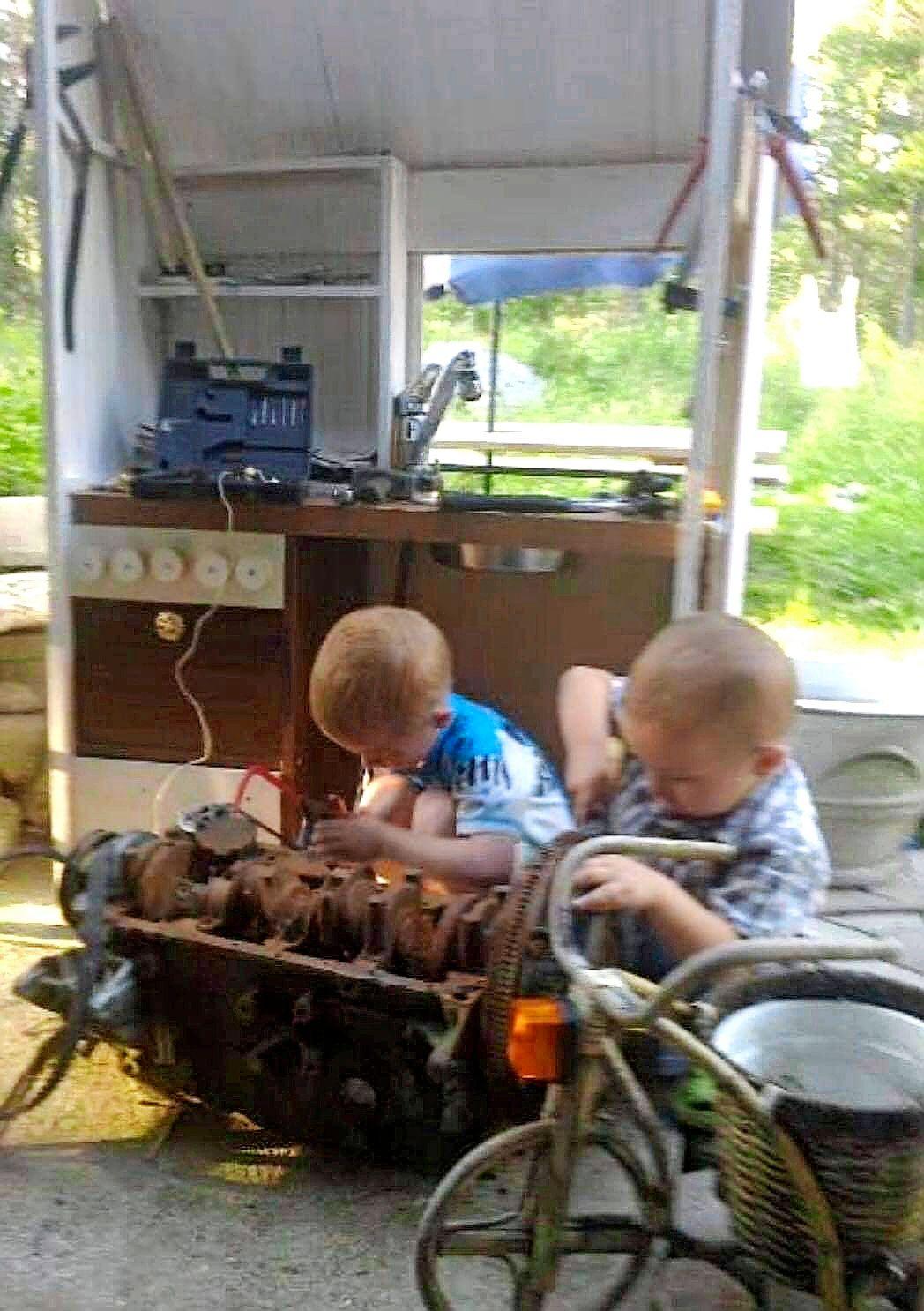 Suutarin lapsilla ei ole kenkiä, mutta autonkorjaajan lapsi tekee mäkiauton vaikka ammeesta. Kuvassa Vilin ja pikkuveljen varhaisten vuosien projekti. © Vili Taipaleen kotialbumi