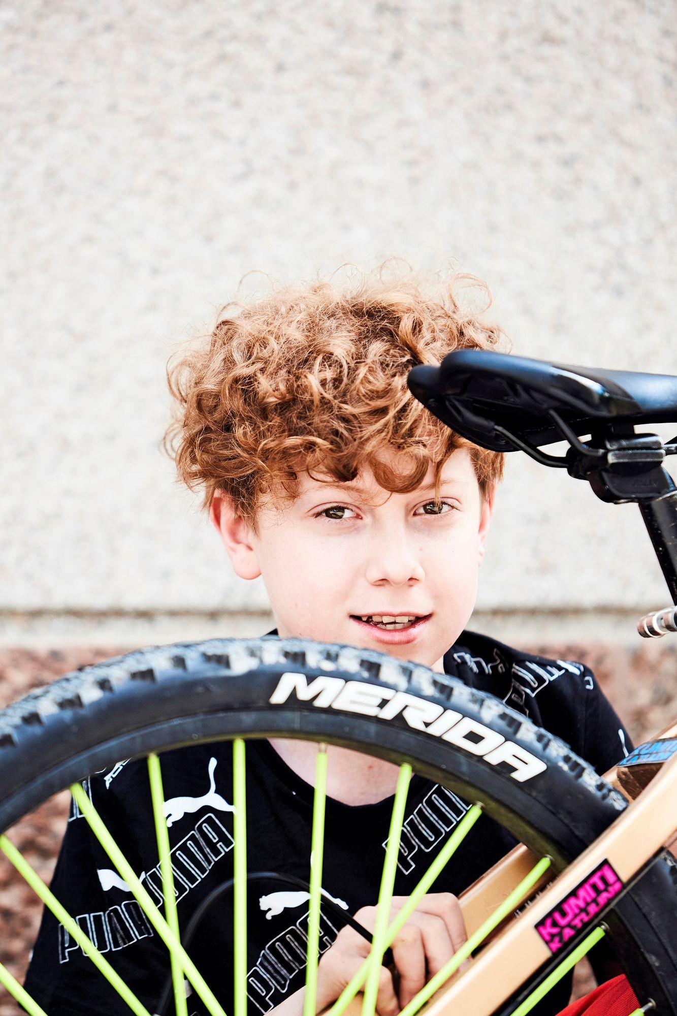 """""""En halua tehdä kalliita pyöriä. Haluan tarjota mahdollisuuden pyörän hankintaan sellaisillekin, joilla on talous tiukalla"""", Vili pohtii. © Sara Pihlaja"""