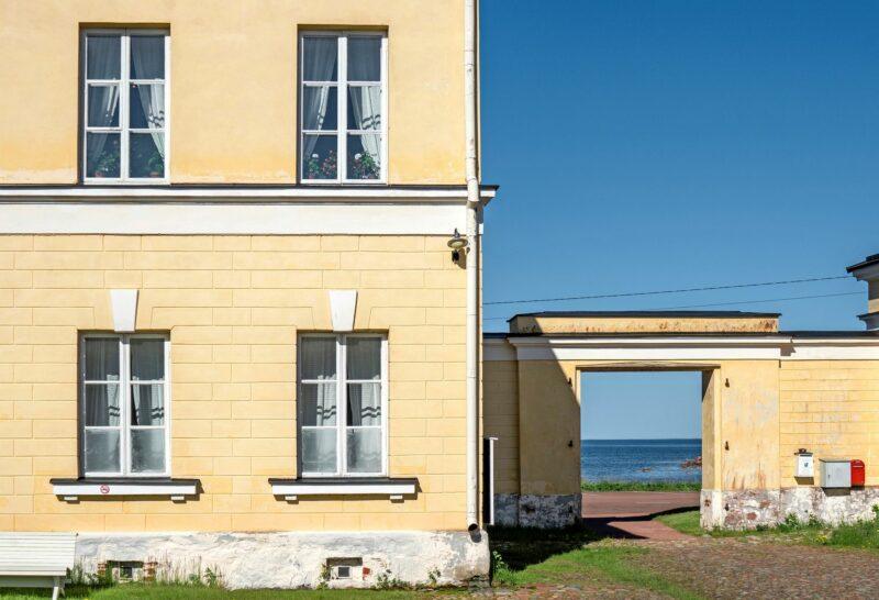 """Eckerön posti- ja tullitalolta on upeat näkymät merelle. <span class=""""typography__copyright"""">© Tuukka Ervasti</span>"""