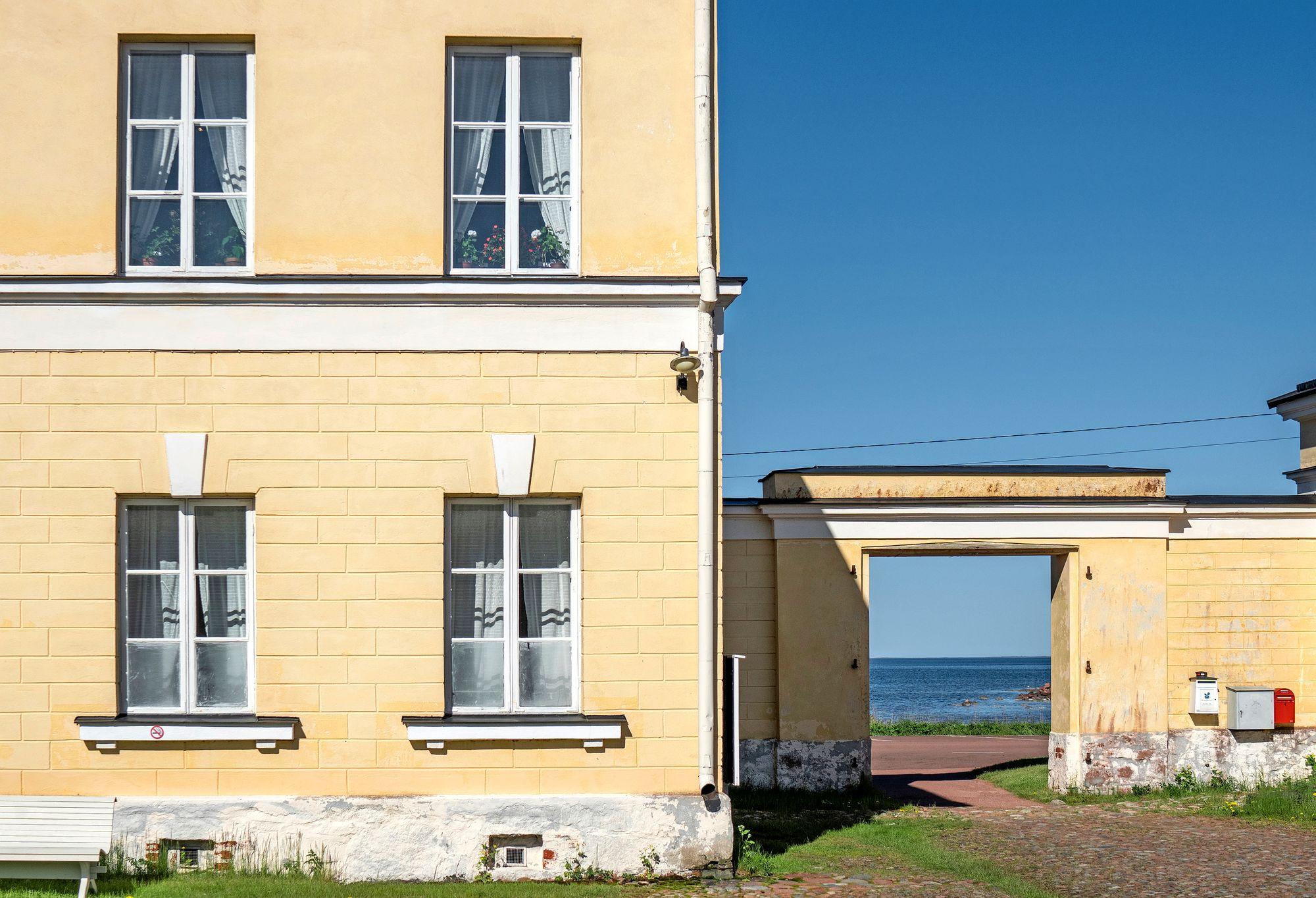 Eckerön posti- ja tullitalolta on upeat näkymät merelle. © Tuukka Ervasti