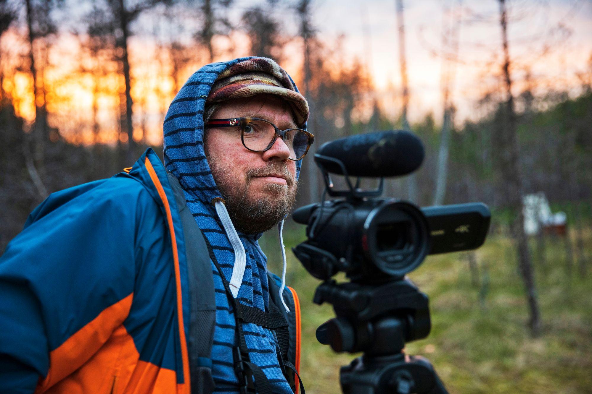 """""""Sarastus on aktiivisin tunti. Kun puihin tulee valoa, linnut heräävät"""", Pepe Forsberg sanoo. Metsä on lähellä miehen sydäntä.© Tommi Mattila"""