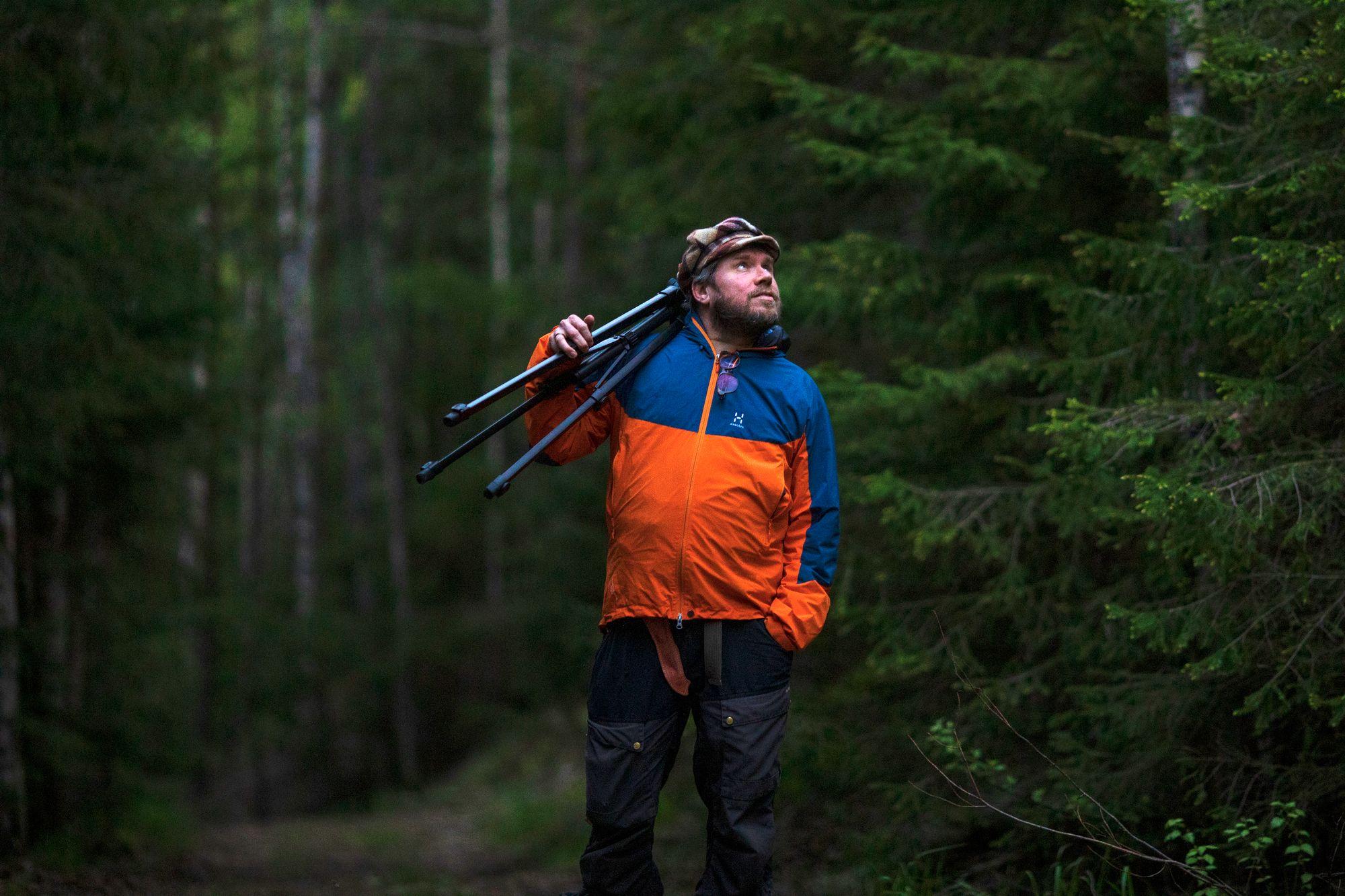 """Entisessä työssään Pepelle kertyi 250 matkapäivää vuodessa. """"Nyt kun vietän jatkuvasti aikaa metsässä, huomaan, että on vähän liikaakin virtaa. Teen kolme kirjaa vuodessa."""" © Tommi Mattila"""