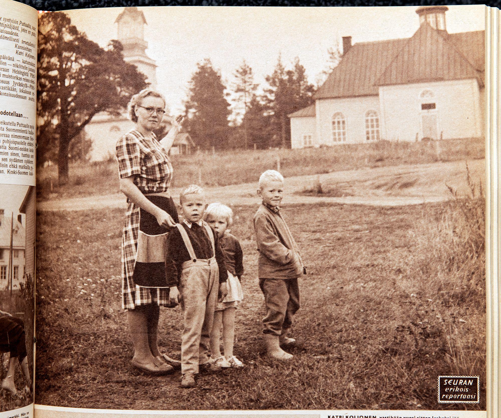 Katri Koljonen sai Seuran tekemään positiivisen jutun takapajuisena pidetystä Pihtiputaasta. Hänet kuvattiin lapsineen kirkon edessä. © Otavamedia / arkisto