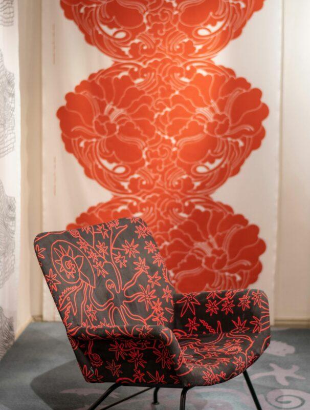 """Stefan Lindforsin designia Eckerön posti- ja tullitalon tekstiilinäyttelyssä. <span class=""""typography__copyright"""">© Tuukka Ervasti</span>"""