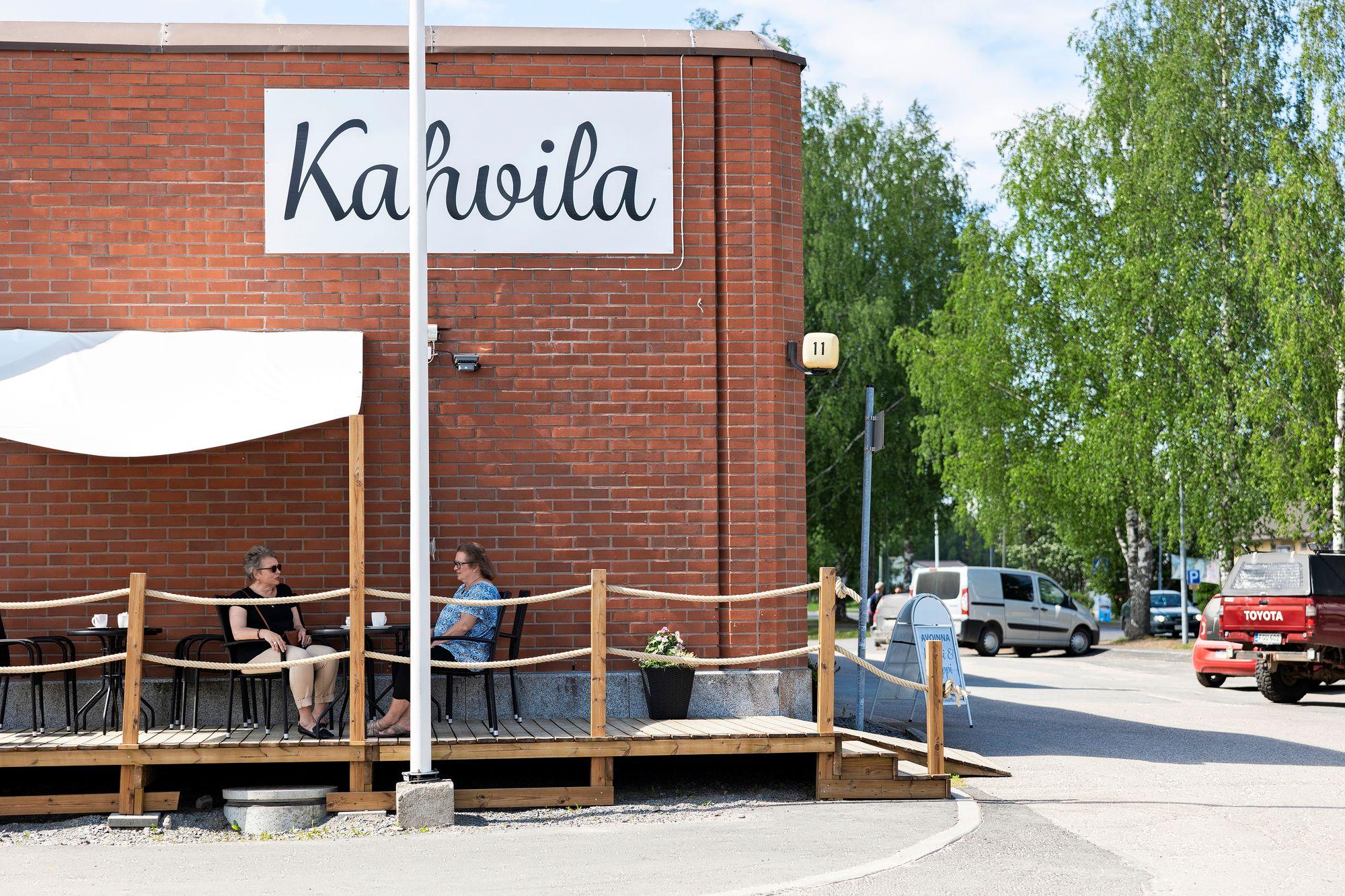 Tuija Jämsén ja Päivi Nikkilä nauttivat iltapäiväkahvit kesäkuisena tiistaina Pihtiputaan keskustan terassilla. © Matias Honkamaa
