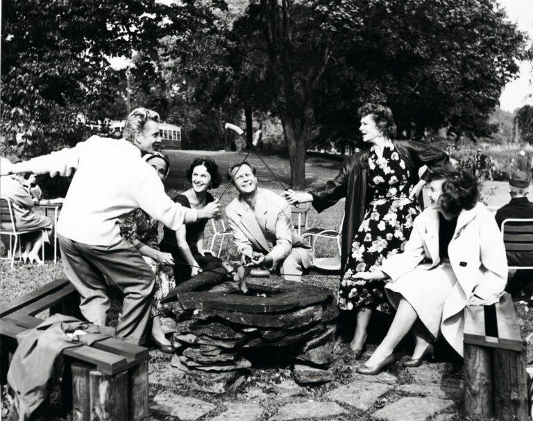 Näyttelijä Martti Katajisto, Assi Nortia, Marja Korhonen, Helge Herala, Rauha Rentola ja Maikki Länsiö grillaamassa 1957. © Pentti Unho/Om-arkisto