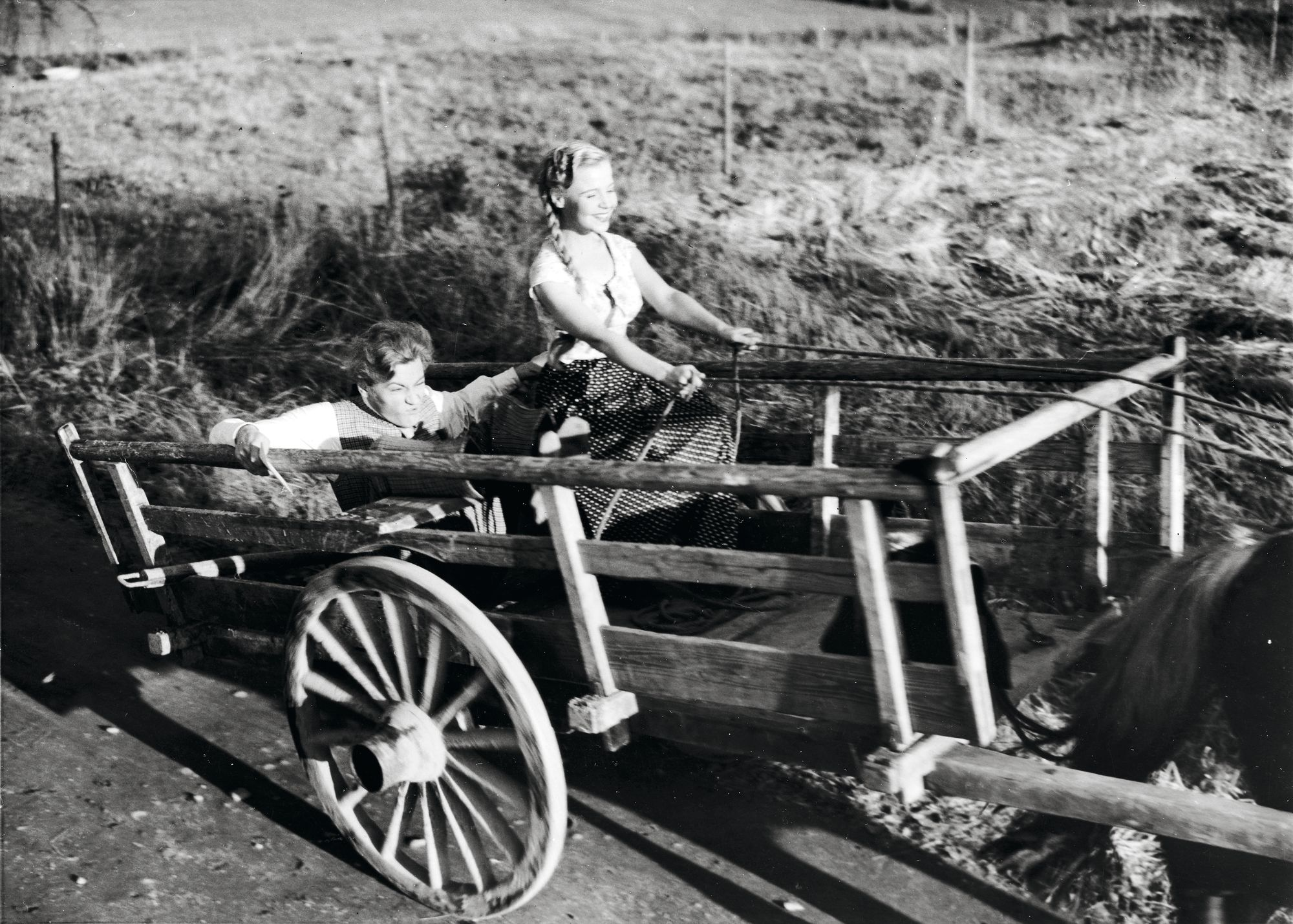 Näyttelijät Aino-Maija Tikkanen ja Jussi Jurkka hevosrattailla elokuvassa 'Morsiusseppele', 1953 © Otavamedian arkisto