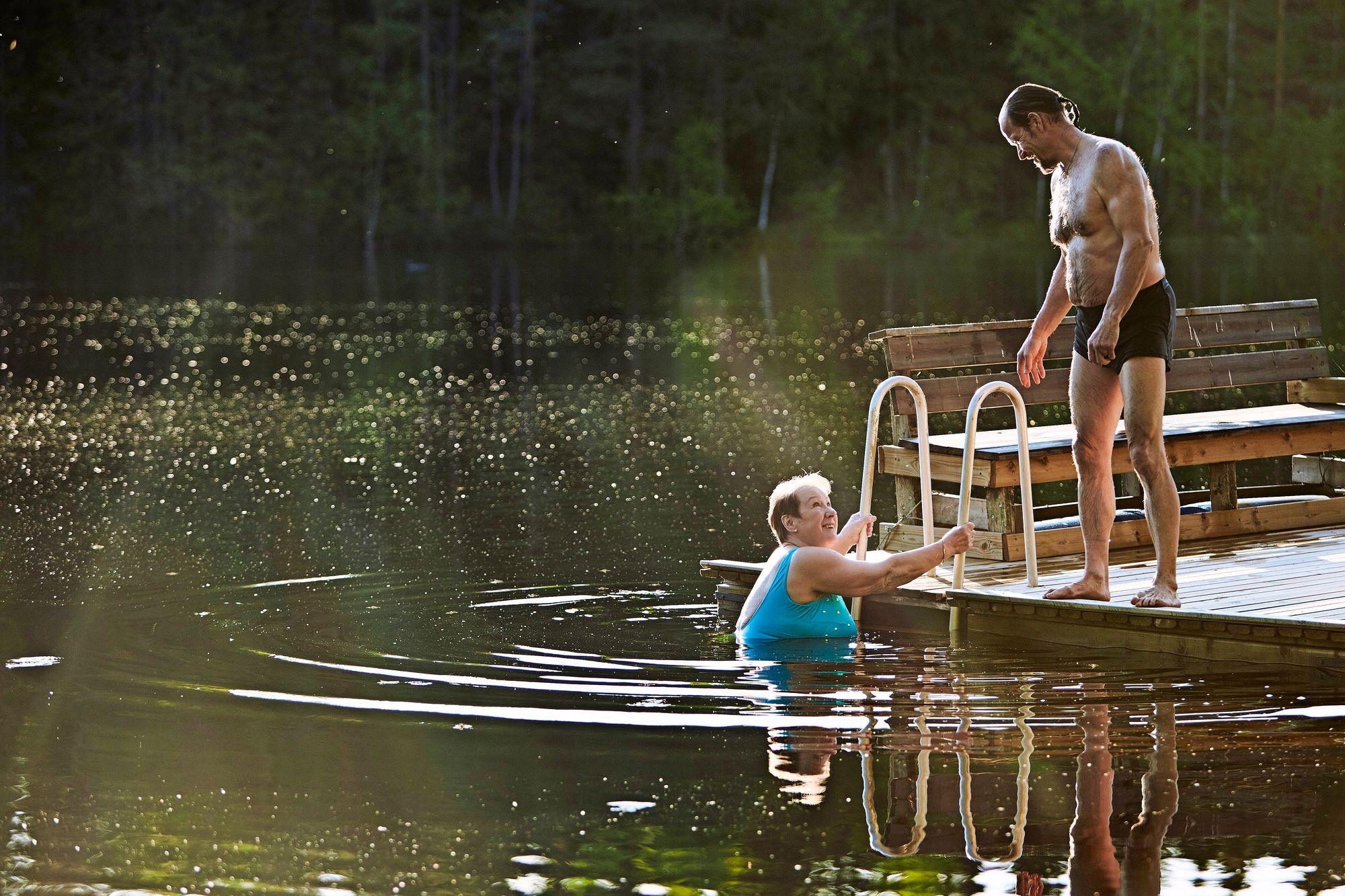 """Rakkaus poiki uusia harrastuksia. Riitta ihastui Ossin myötä ulkoilumaja Taivalpirttiin Iso-Riutta-järven rannalla Lempäälässä. """"Kuuluu vain pikkulintujen laulu ja kaakkurin huudot."""" © Sara Pihlaja"""