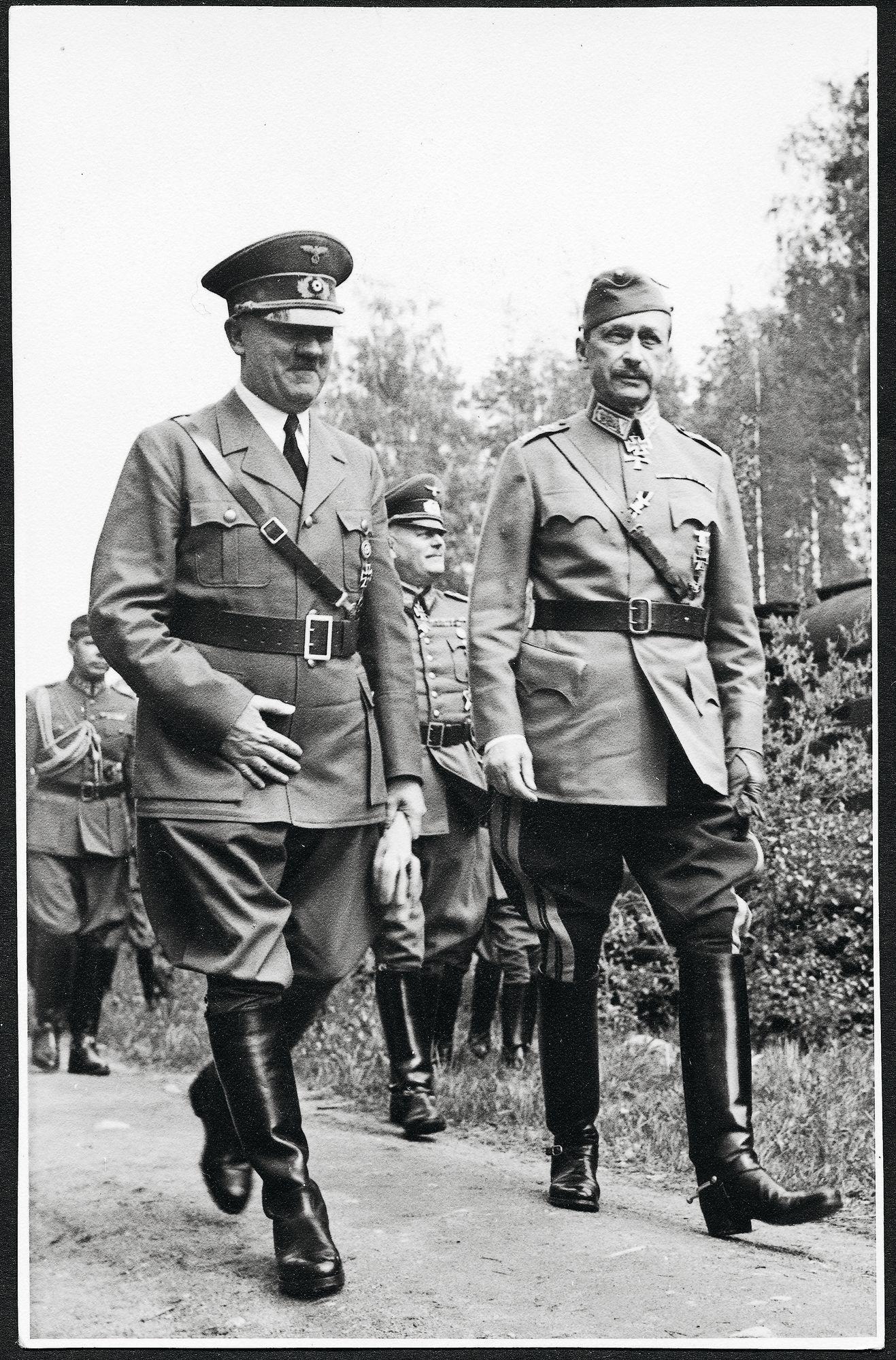 Saksan diktaattori (Führer) Adolf Hitler julisti hyökkäyksen Neuvostoliittoon ristiretkeksi bolsevismia vastaan. Kuvassa oikealla marsalkka C.G.E. Mannerheim vuonna 1942. © /SKOY