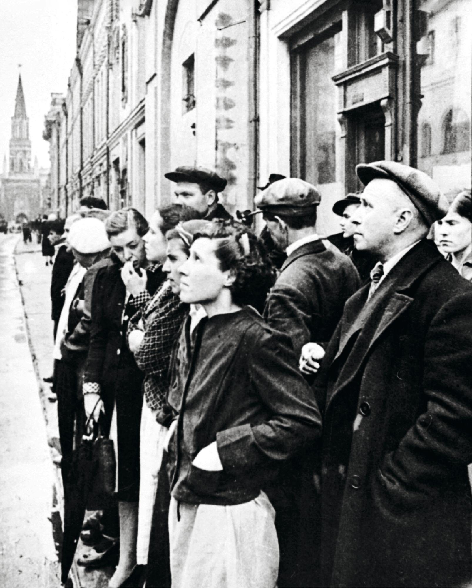 Moskovan kaduilla kuunneltiin kovaäänisistä tullutta ilmoitusta Saksan hyökkäyksestä. © Itar Tass / Lehtikuva