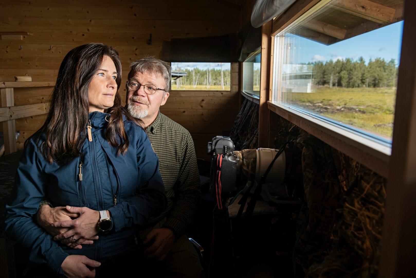 Anne ja Lassi Rautiainen viettivät aiemmin yksin lukemattomia öitä piilokojussa petoeläimiä kuvaamassa. Suhde syttyi, kun Anne rohkaistui ehdottamaan yhteistä piilokojuyötä.