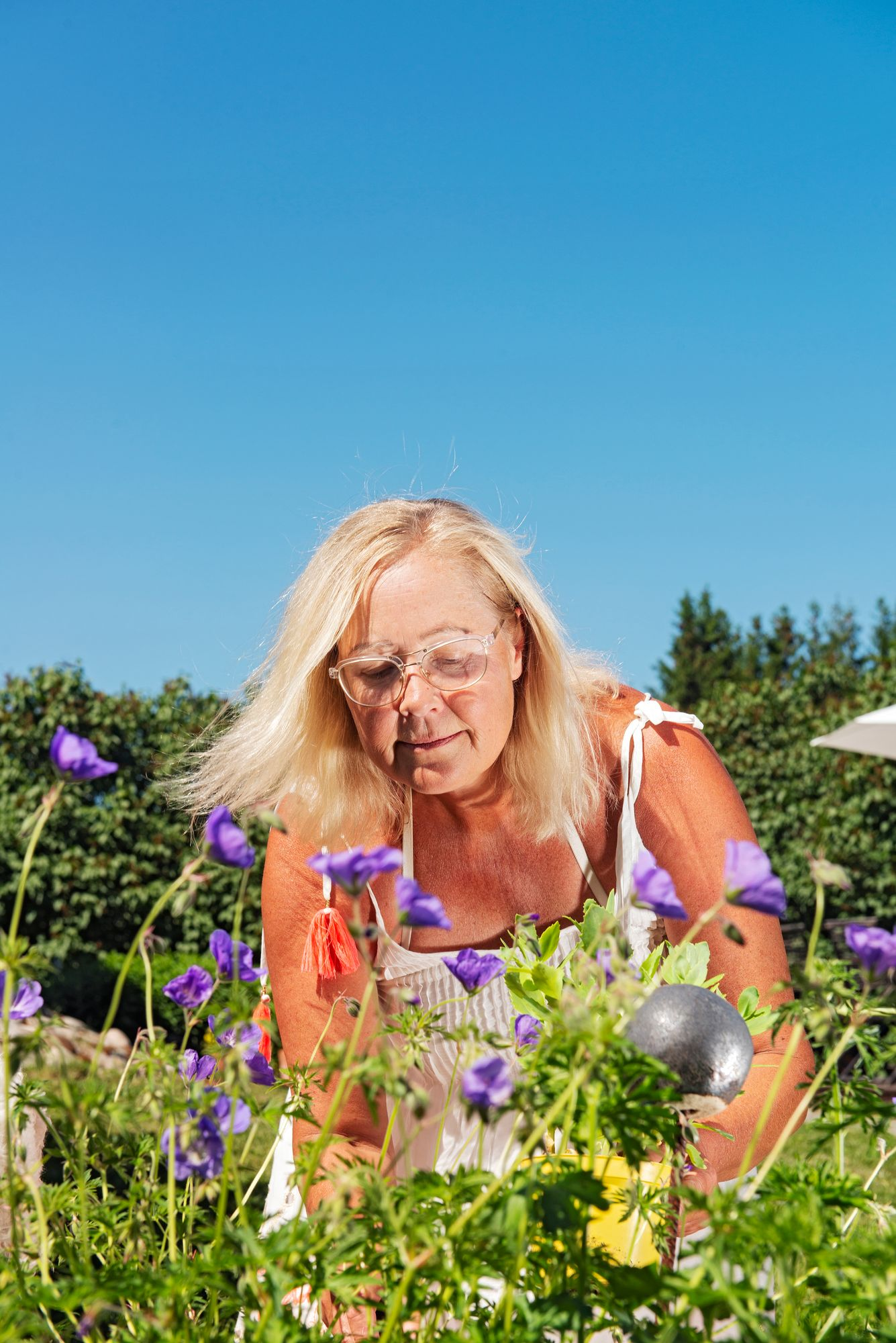 Luru Hirva nauttii, kun saa touhuta puutarhassa kädet mullassa. © Linda Varoma