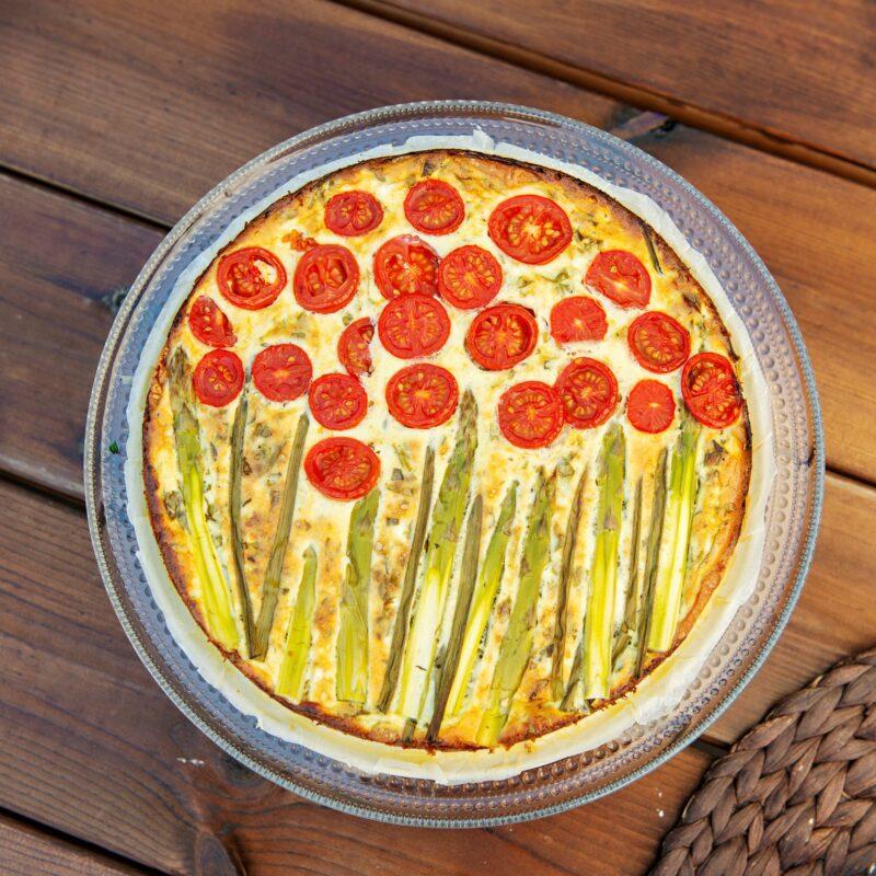 """Kasvispiirakka omista parsoista ja tomaateista on kuin taideteos. Ainekset löytyvät parin Loviisan tontilta. <span class=""""typography__copyright"""">© Linda Varoma</span>"""