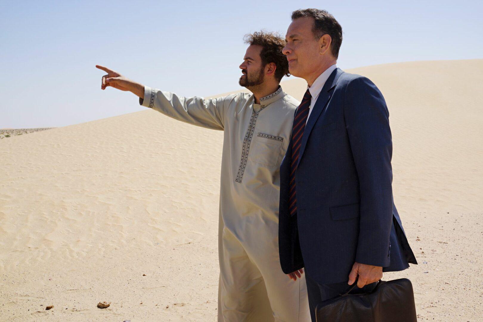 Tom Hanks (oik.) esittää myyntineuvottelijaa, joka tuputtaa Saudi-Arabiaan uutta hologrammisysteemiä.  © Hero