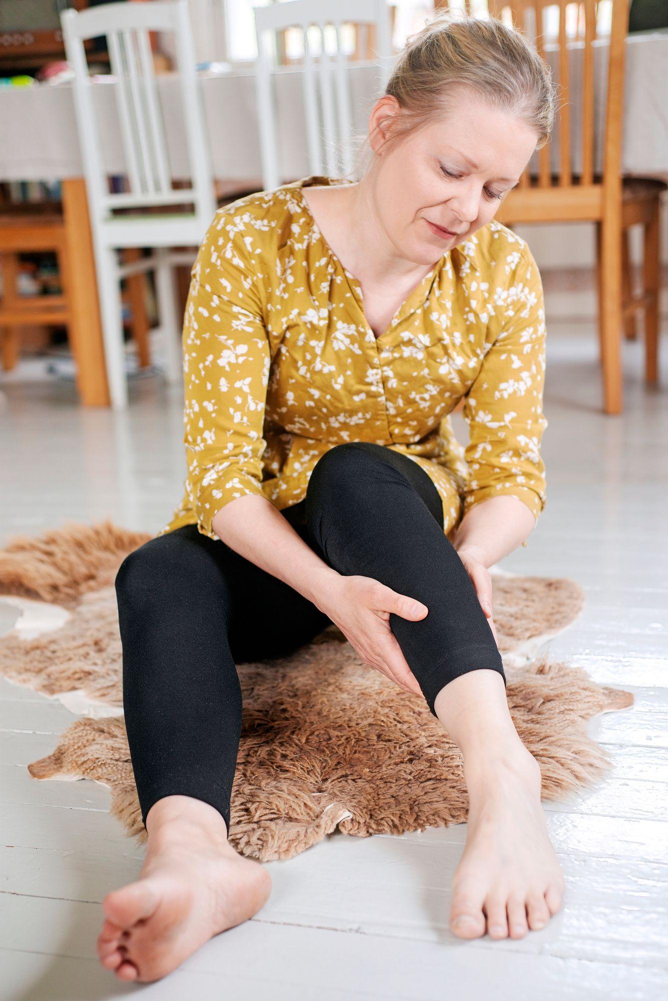 Johanna Tanska korostaa, että kosketuksen välityksellä ihminen tuntee olevansa olemassa ja elossa. Hyvään kosketukseen ei välttämättä vaadita toista ihmistä. Kotinsa lautalattialla, lampaantaljalla maatessaan Johanna Tanska tuntee luonnonmateriaalien rentouttavan vaikutuksen. © Linda Varoma