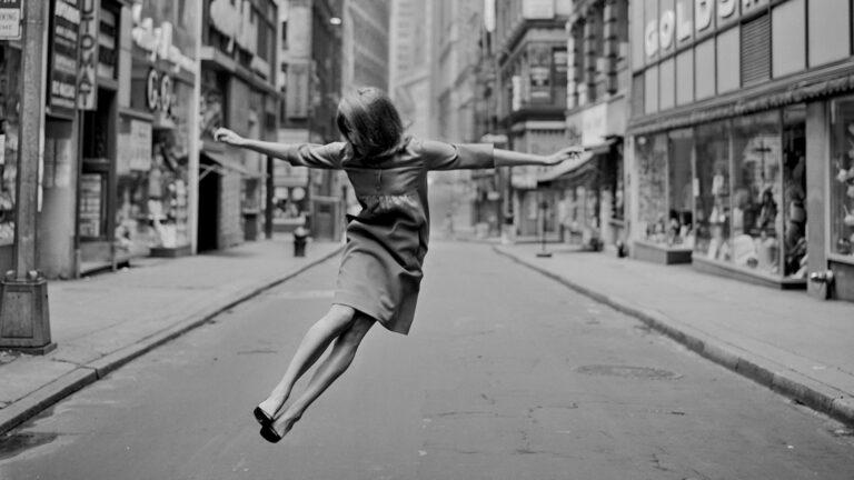 Sunnuntaiaamu New Yorkissa vuonna 1964. Tony Vaccaro kuvasi Anja Lehtoa Look-lehteen.