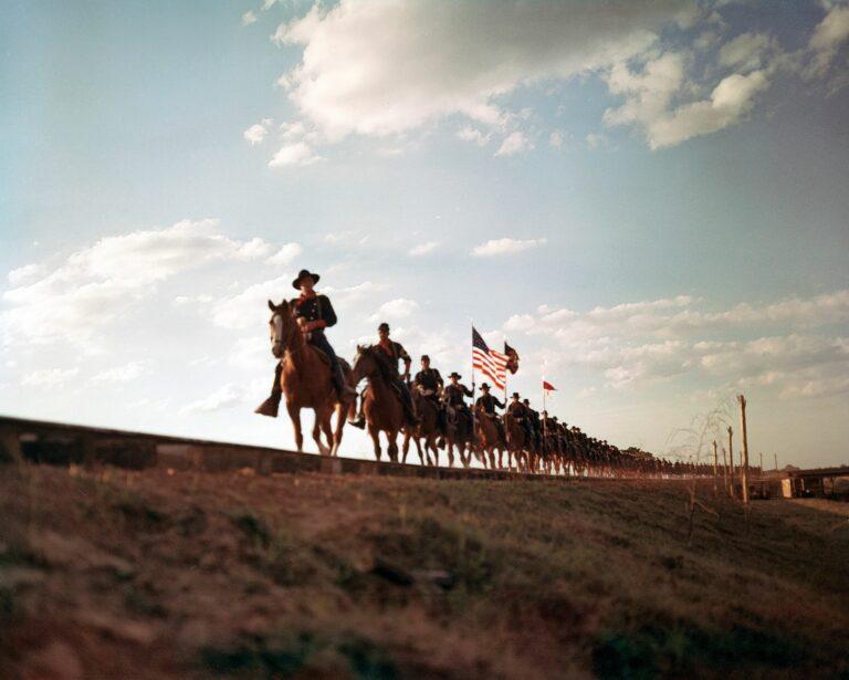 Nyt ei olla John Fordille tyypillisessä ratsuväki vastaan intiaanit -asetelmassa, vaan keskellä Yhdysvaltojen sisällissotaa. Pohjoisvaltioiden ratsuväkiyksikkö aikoo tuhota Etelän rautatieverkoston. © Yle