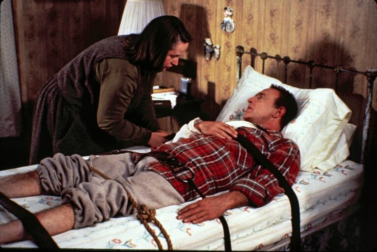 Kirjailija (James Caan) joutuu psykologisessa trillerissä faninsa (Kathy Bates) piinaamaksi. © Metro-Goldwyn-Mayer studios Inc.