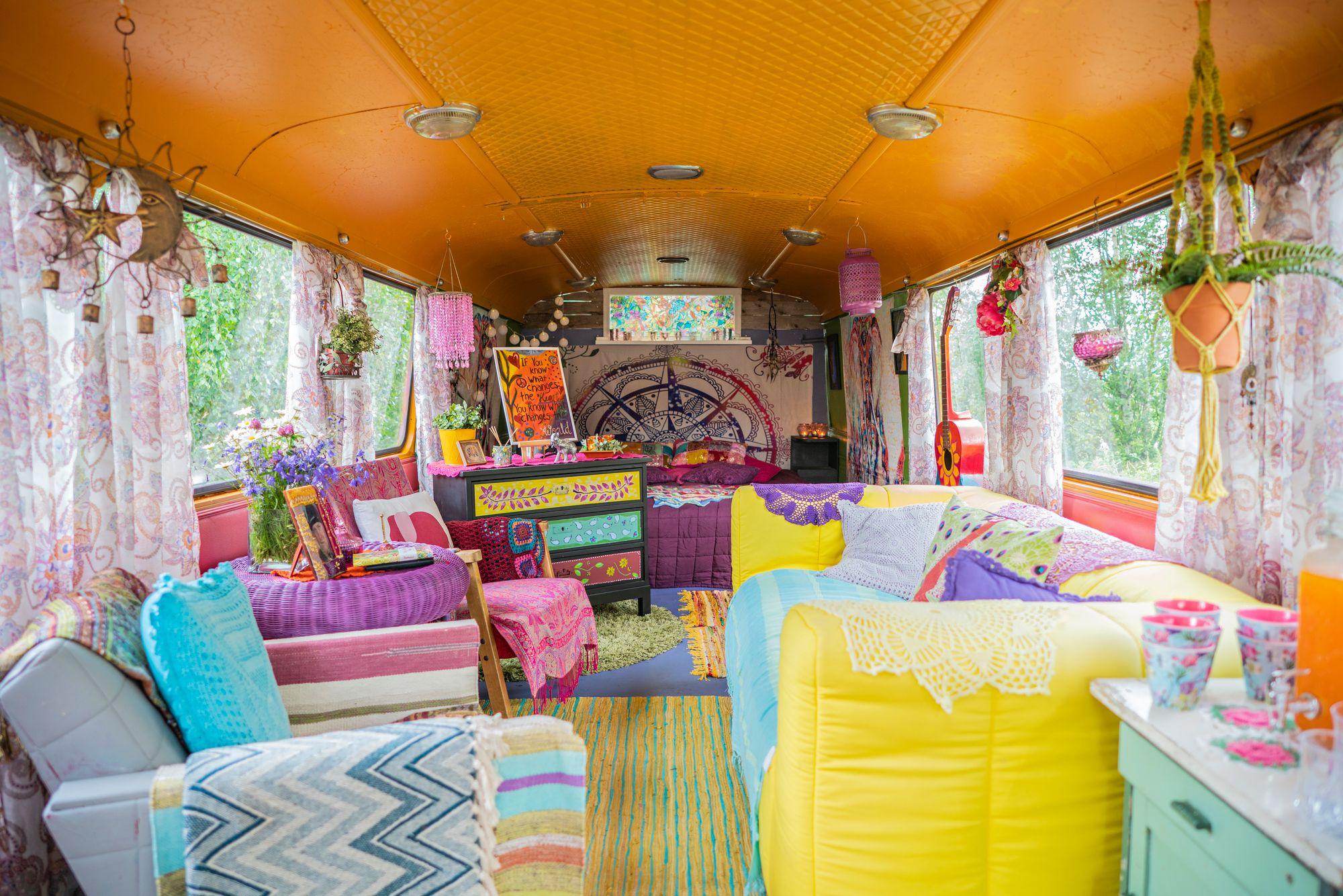 Oranssin katon alla saa makeat unet. Sängyn takana on silkkinen mandala-kangas. Kirppikseltä löytyi vitosella lipasto, jonka Hanna uudisti maalilla. © Jyrki Nikkilä
