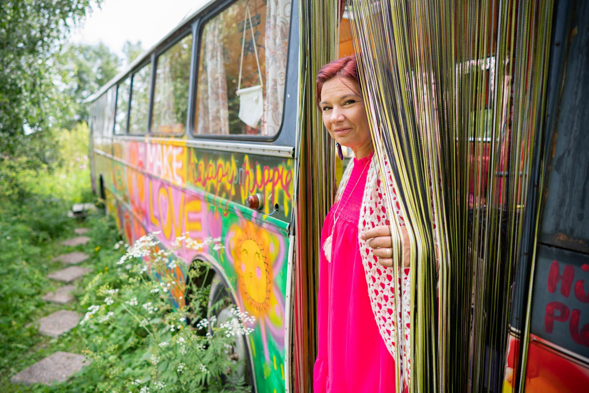 Hanna viettää bussissa kesäiltaisin paljon aikaa. Hän maalaa tauluja ja kuuntelee musiikkia. © Jyrki Nikkilä