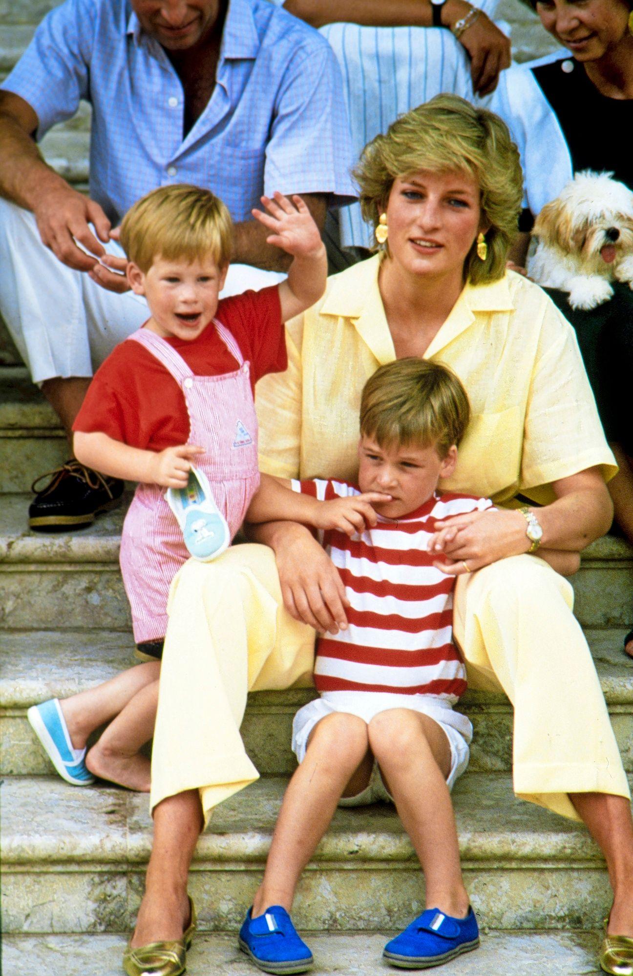 Elokuussa 1987 Diana lomaili poikiensa kanssa Espanjan silloisen kuninkaan Juan Carlosin vieraana Mallorcalla. Nykyään Williamilla ja Harryllä ei tunnu olevan erityistä yhteyttä Espanjan kuninkaallisiin. © Mike Moore / News Licensing / MVPhotos