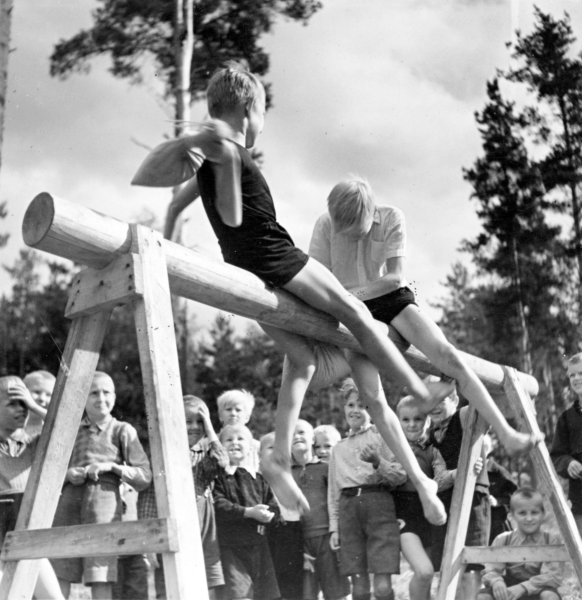 Kesäsiirtolassa riitti toimintaa. Pussitappelu keräsi kunnon yleisön. © Eino Mäkinen/Otavamedia