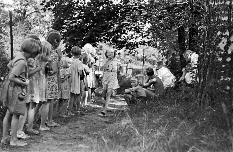 """Liikunnan riemua Elannon henkilökunnan lasten kesäsiirtolassa vuonna 1955. Meneillään jokakesäiset Sompasaaren """"olympialaiset"""". © Helsingin kaupunginmuseo"""