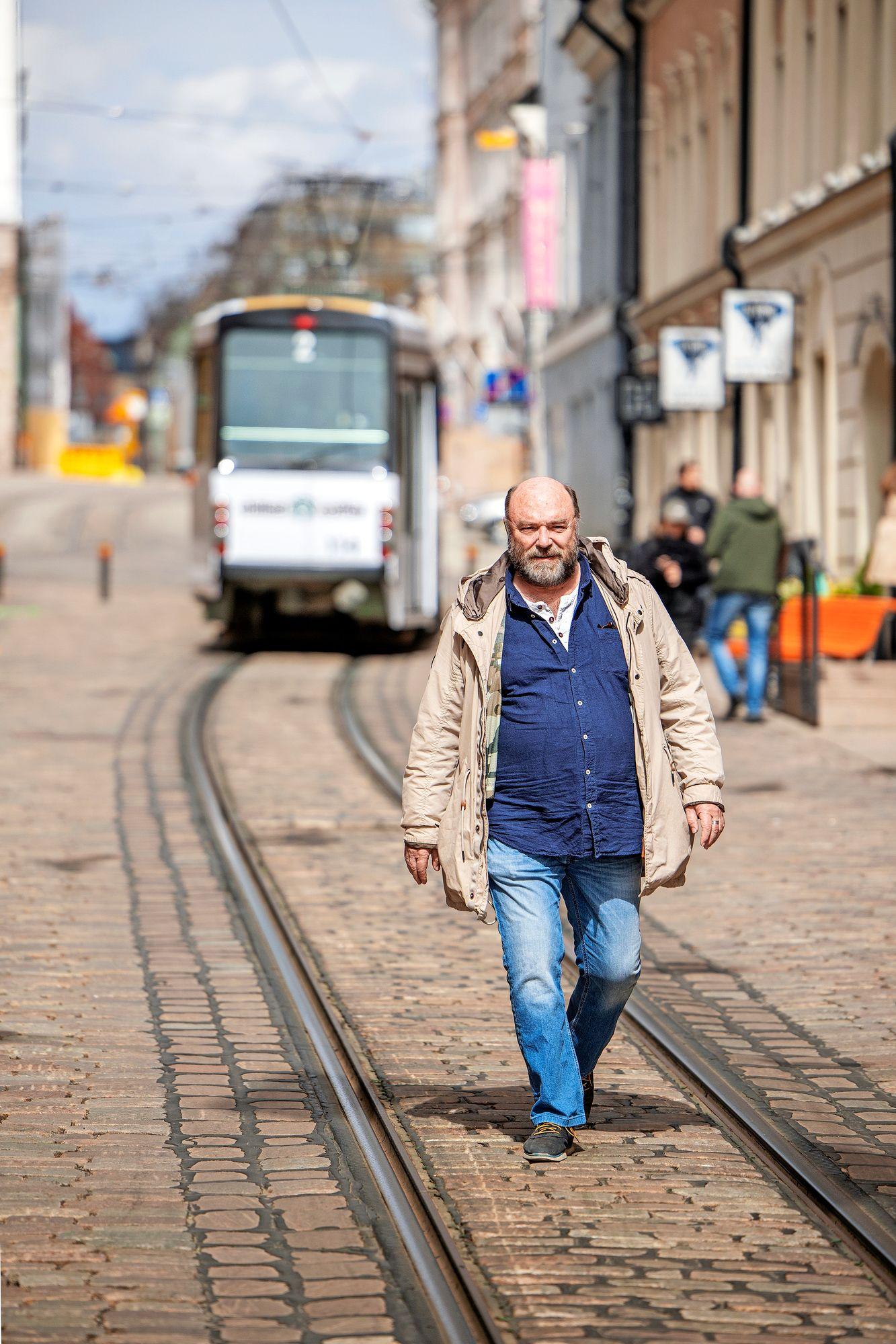 Pertti Sveholm aikoo nauttia ukin roolista. Isänä hän joutui monen muun tavoin miettimään, oliko tarpeeksi läsnä. © Mika Pollari