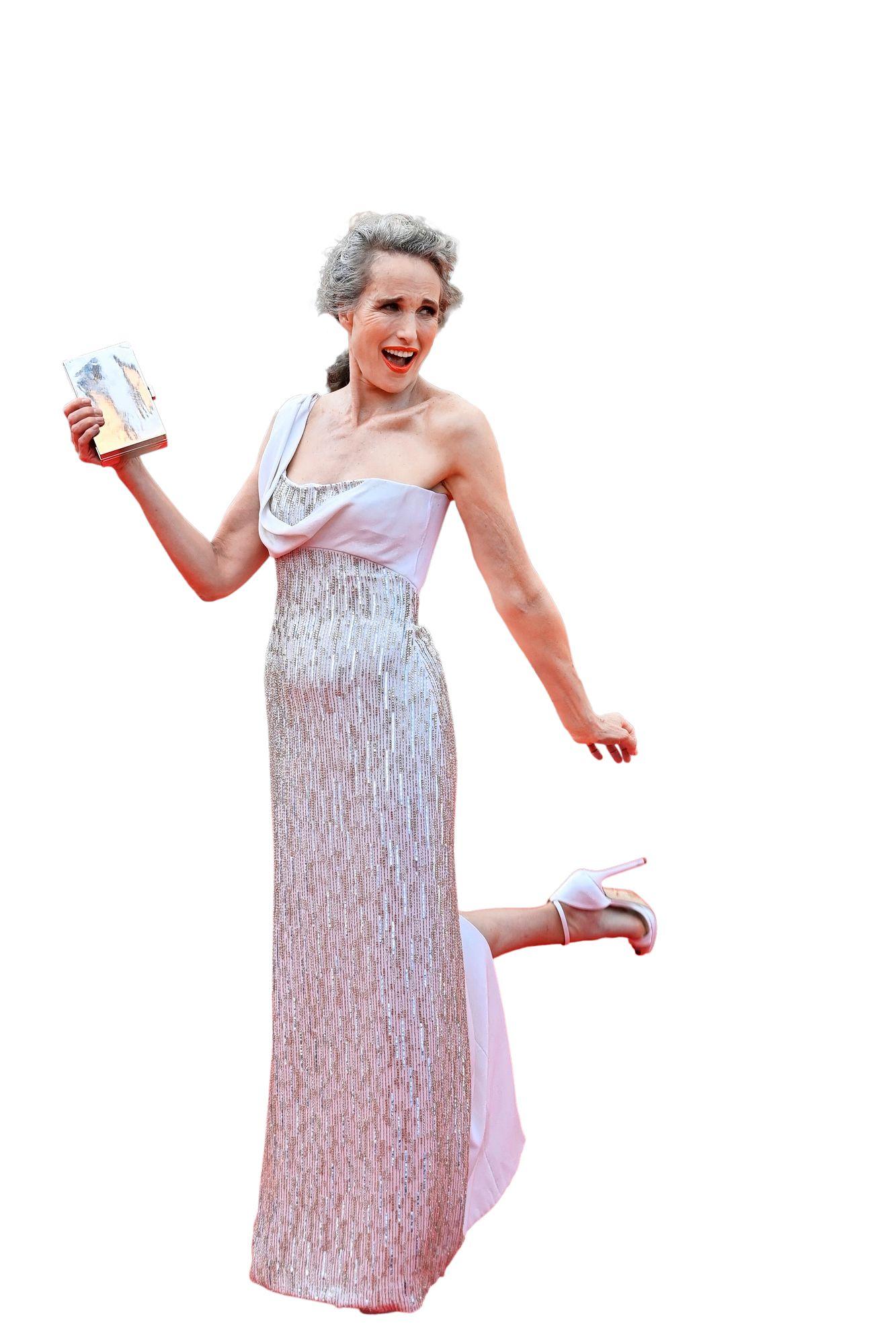 Andie MacDowell on yksi Hollywood-tähdistä, jotka ovat antaneet hiustensa harmaantua luonnollisen trendikkäästi. © John MACDOUGALL / AFP / MVPhotos