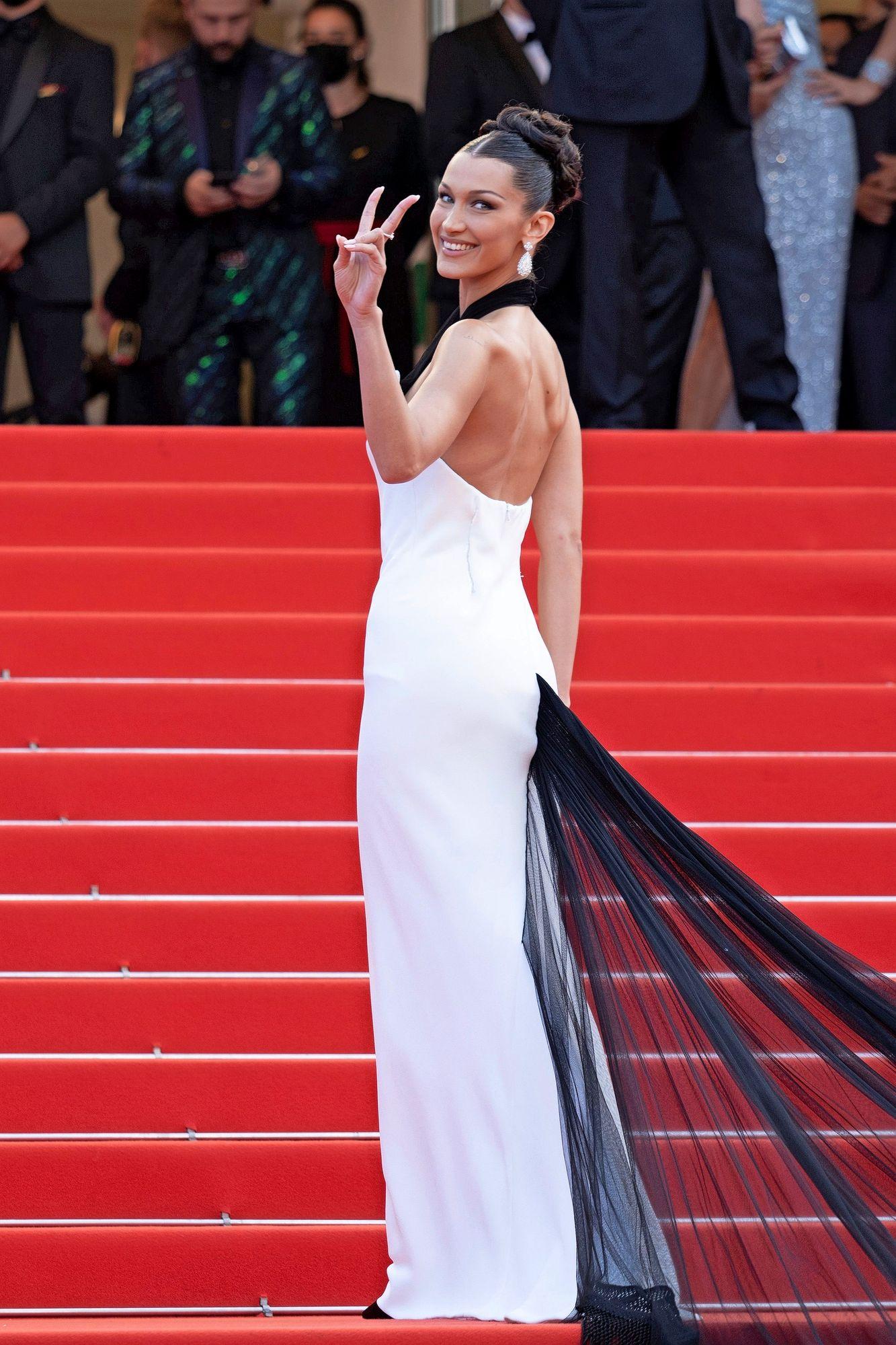 Malli Bella Hadid oli yksi avajaisseremonian kuvatuimmista tähdistä näyttävässä Jean Paul Gaultierin suunnittelemassa luomuksessa. © LAURENT VU/JP PARIENTE / Sipa Press / MVPhotos