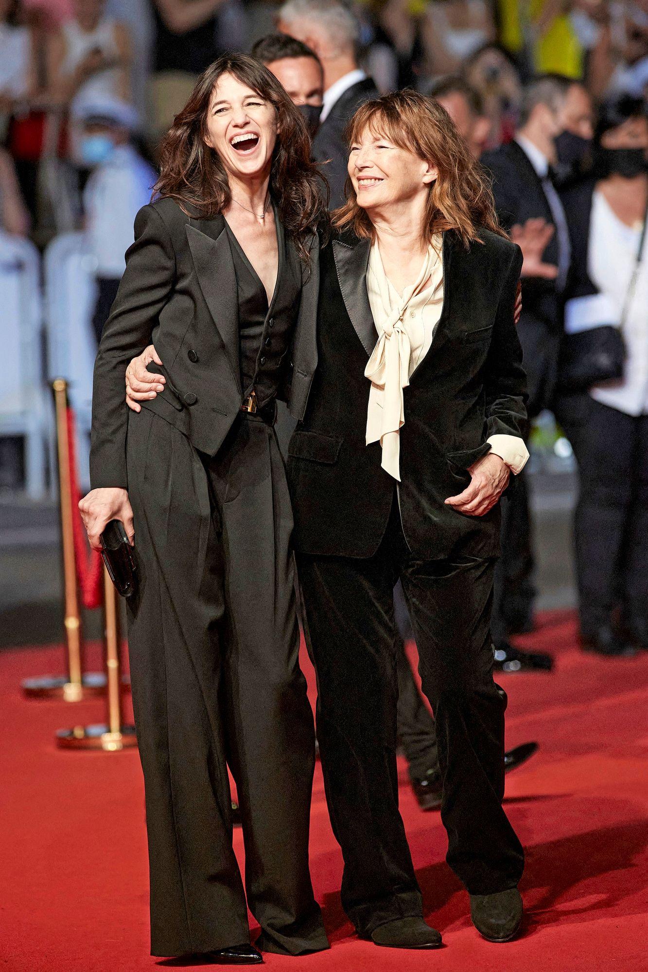 Näyttelijä-laulaja Jane Birkin otti Cannesissa ilon irti tyttärensä Charlotte Gainsbourgin kanssa. Kaksikko poseerasi hyväntuulisena The Velvet Underground -elokuvan punaisella matolla. © JACOVIDES-BORDE-MOREAU / BESTIMAGE