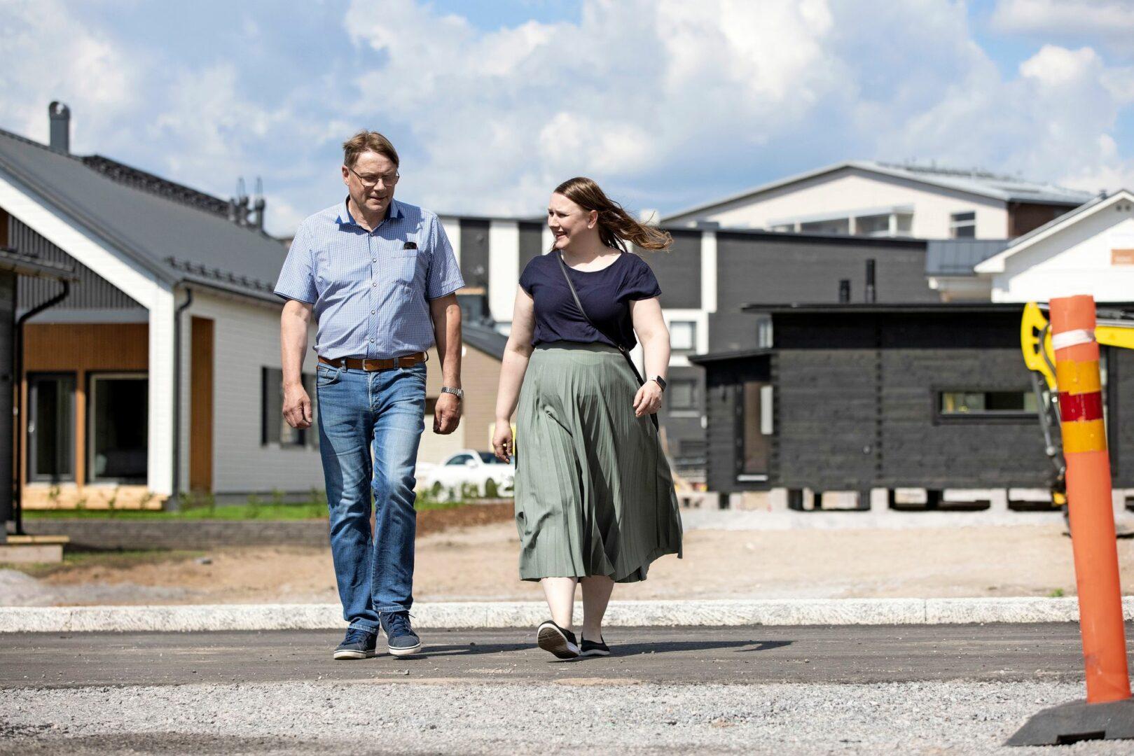 Anniina etsii messuilta isänsä Unton kanssa ideoita uuteen taloonsa, jonka hän ja miehensä Ville rakennuttavat Loimaalle. Pari meni naimisiin Ensitreffit alttarilla -tv-ohjelmassa 2019.  © Tommi Tuomi