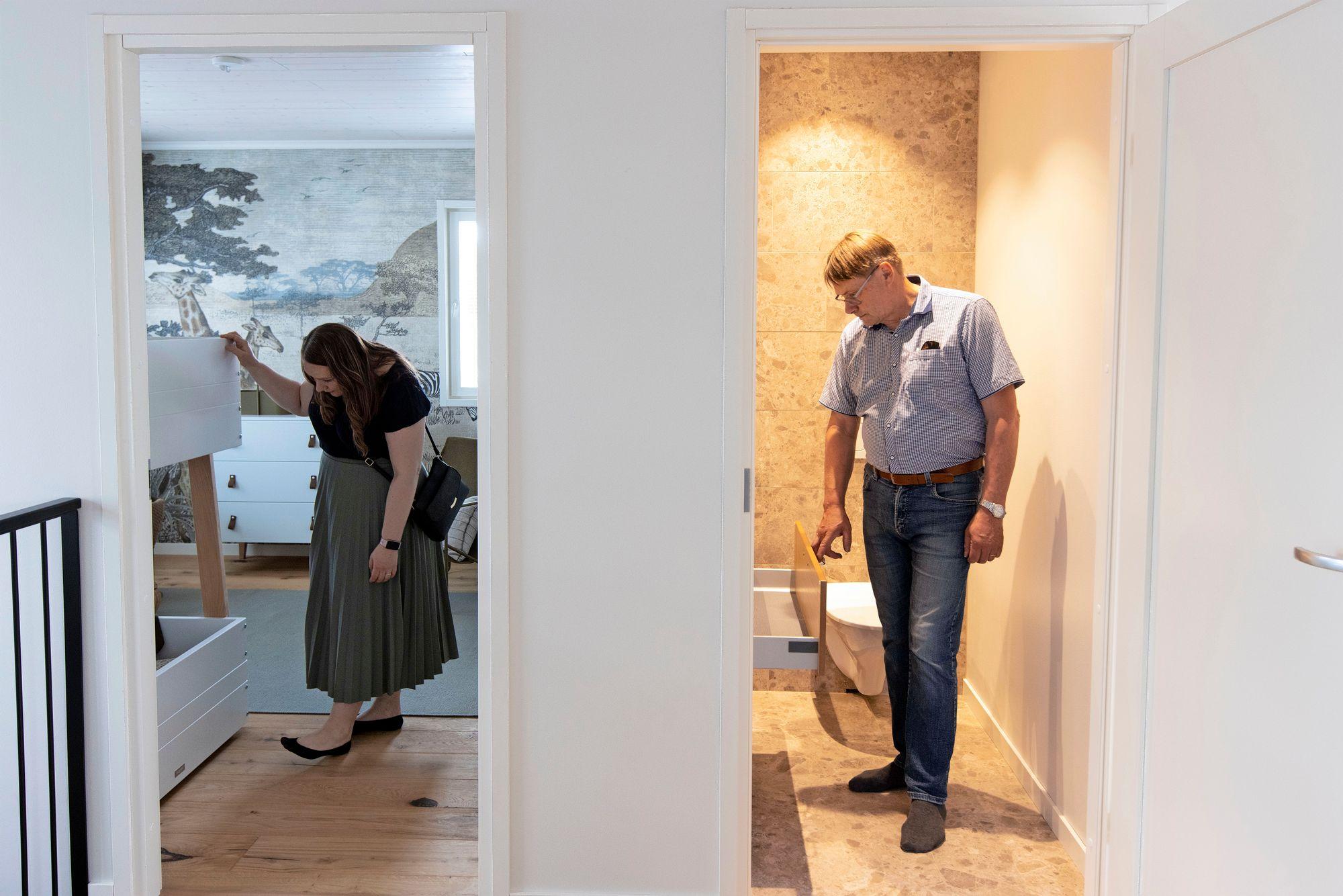 Anniina miettii ideoita uuteen kotiin, mutta isä Unto pohdiskelee vanhan kylppärinsä uusimista. © Tommi Tuomi